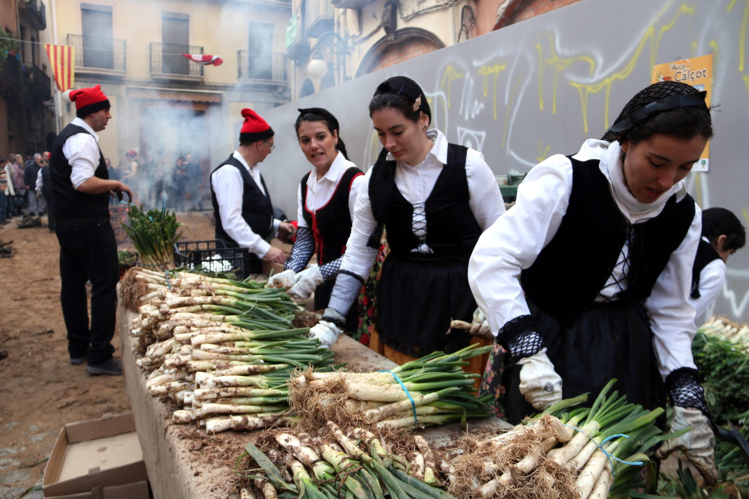 La demostració de coure calçots a la plaça de l'Oli de Valls durant la Gran Festa de la Calçotada | ACN