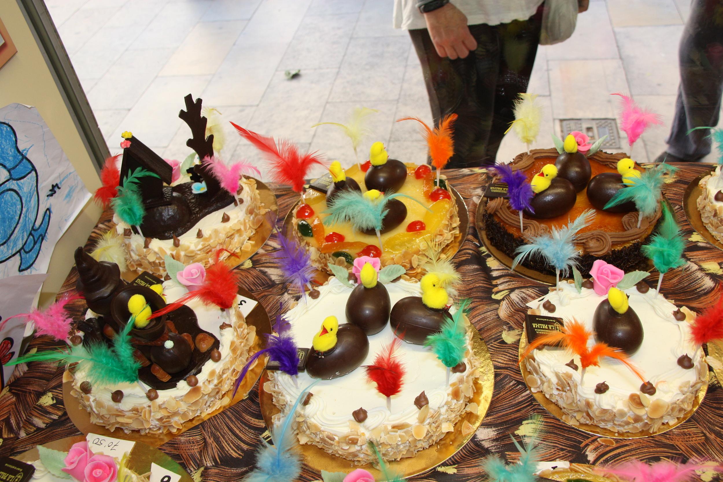 Un aparador d'una pastisseria amb diferents mones de Pasqua | ACN