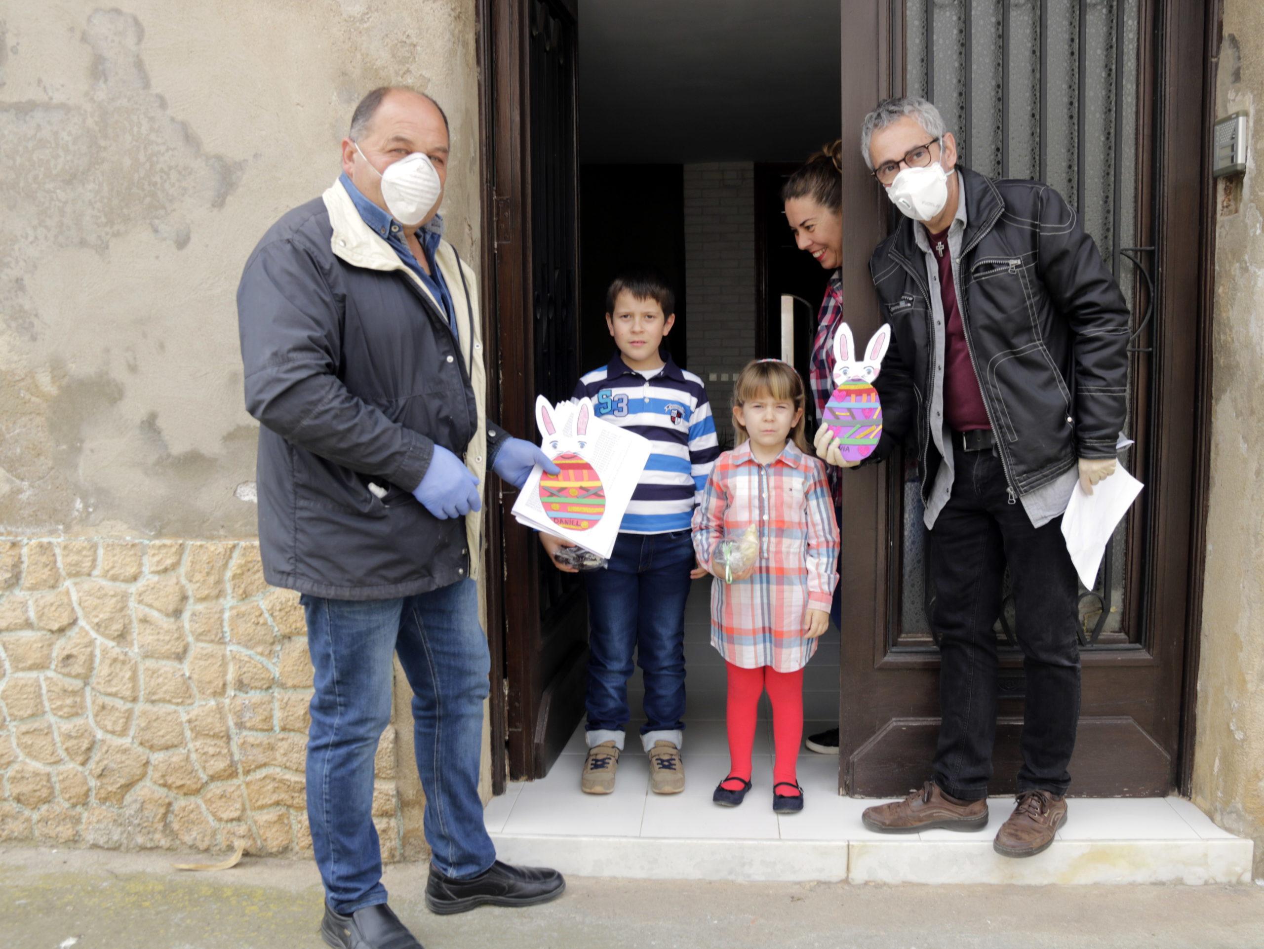 Una família del Poal després de rebre els ous de Pasqua que ha repartit l'ajuntament | ACN