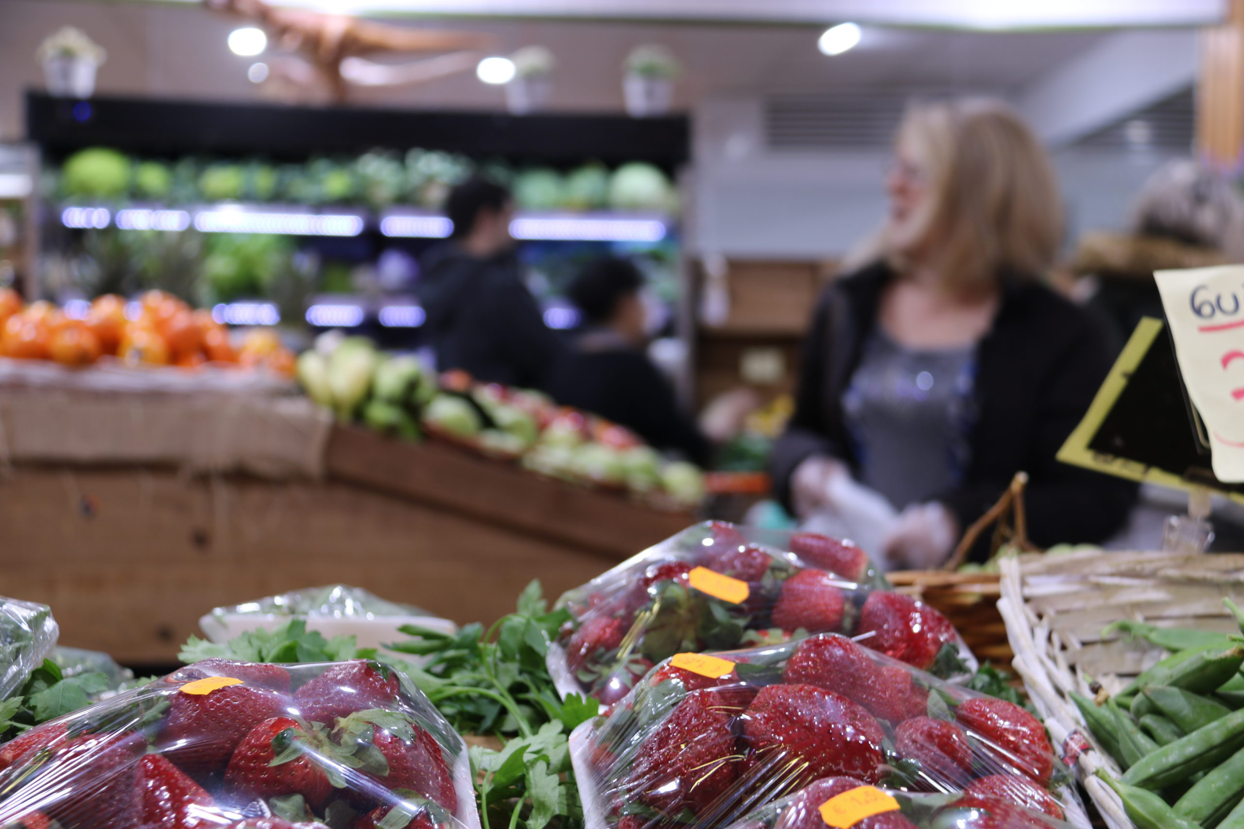 Diversos clients en una fruiteria del Mercat del Poblenou de Barcelona   ACN