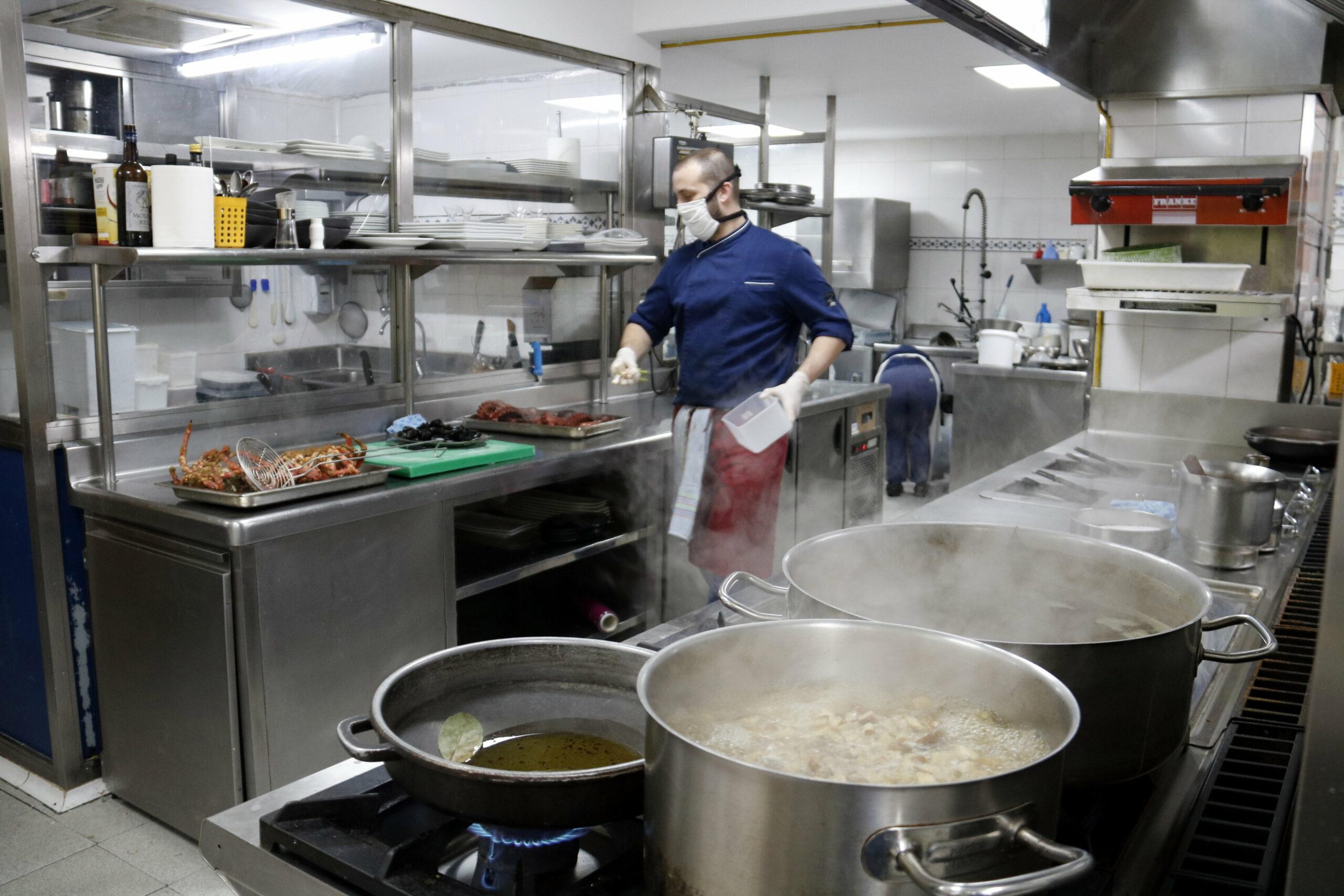 El cuiner del Carballeira de Lleida prepara el menjar que serviran a domicili | ACN