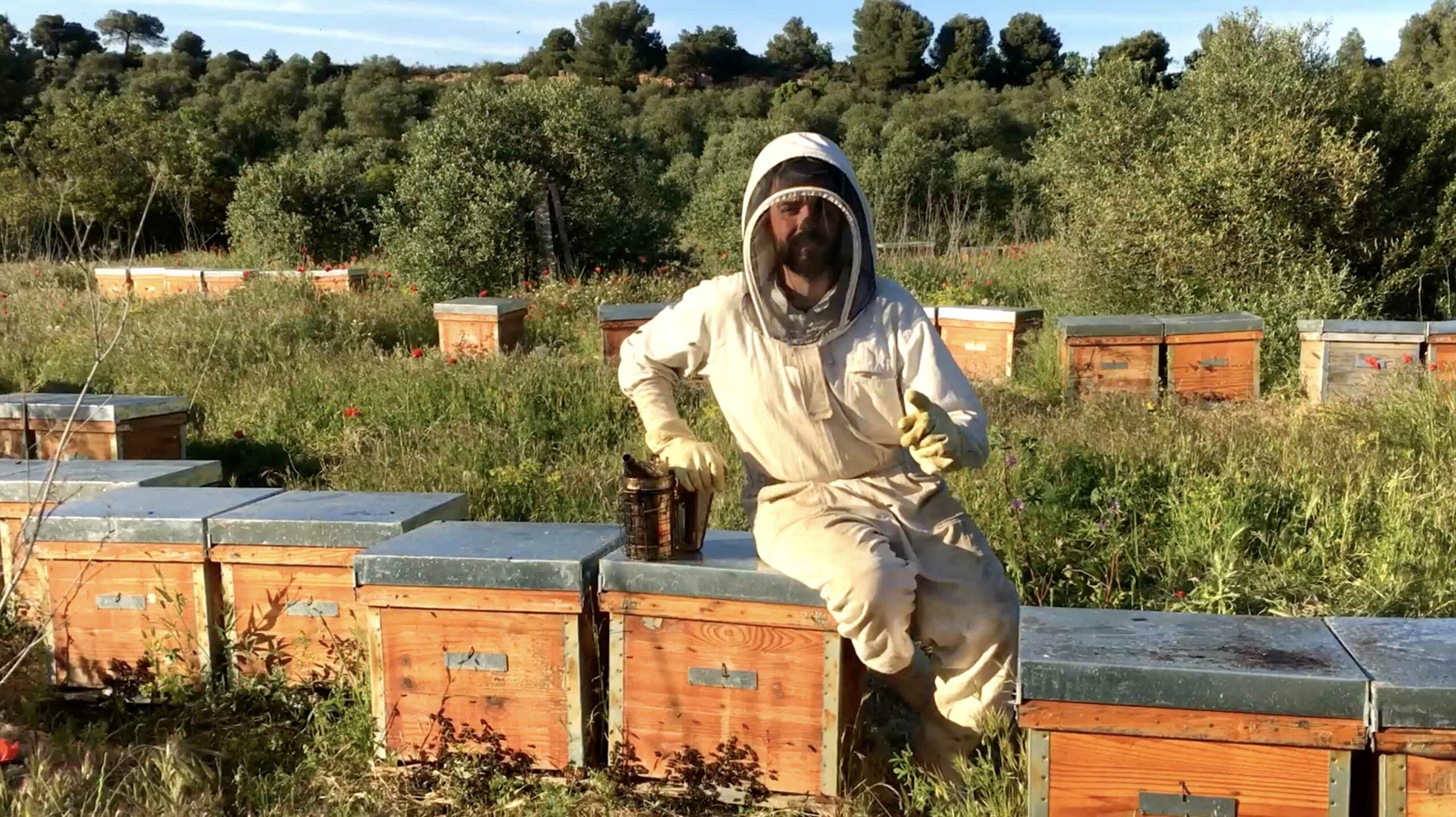 Un apicultor de les Garrigues, en un fotograma del vídeo de la campanya 'Compra a les Garrigues'