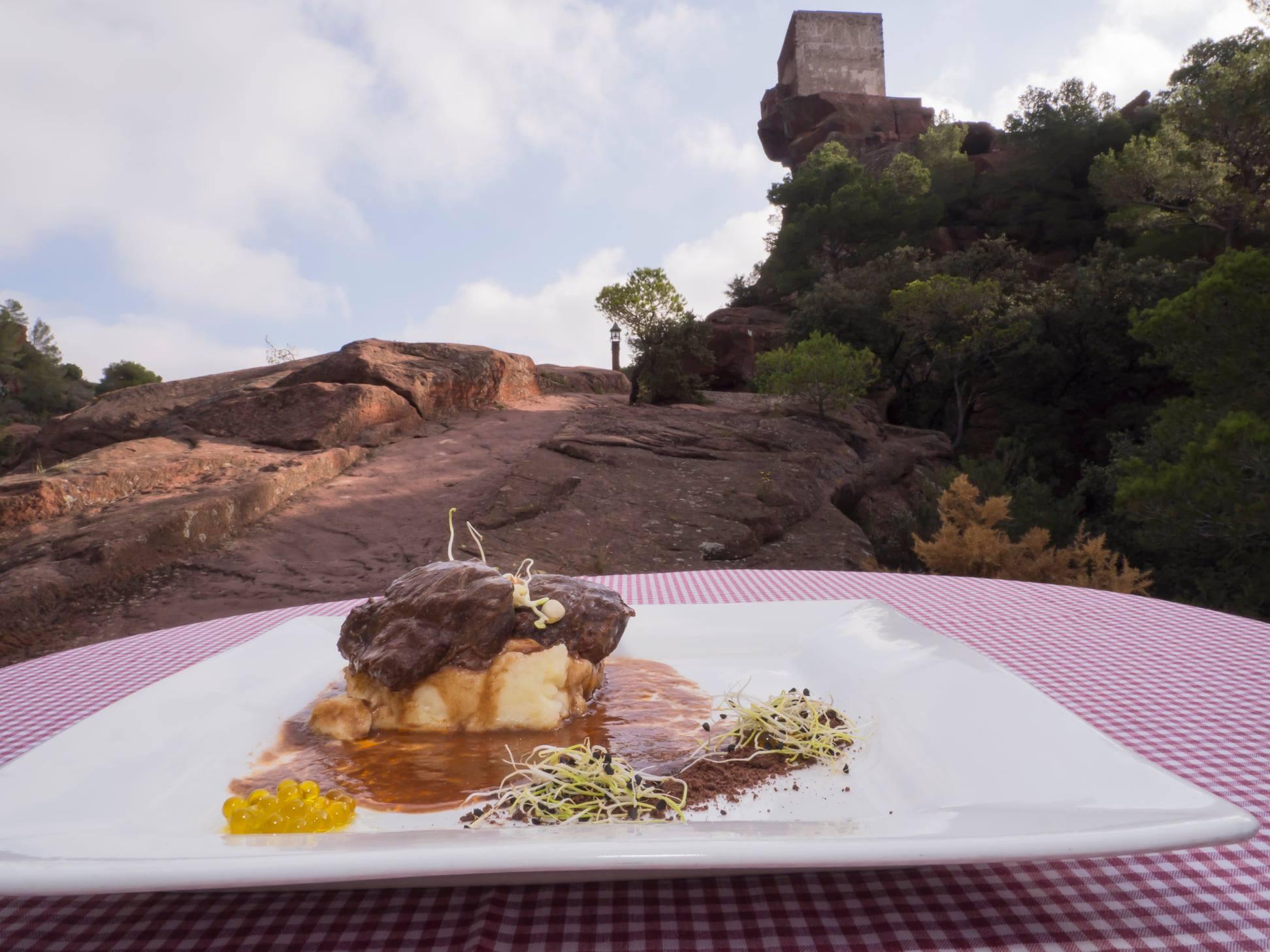 Galtes entre garrofes i oliveres, un plat inspirat en el quadre de Miró
