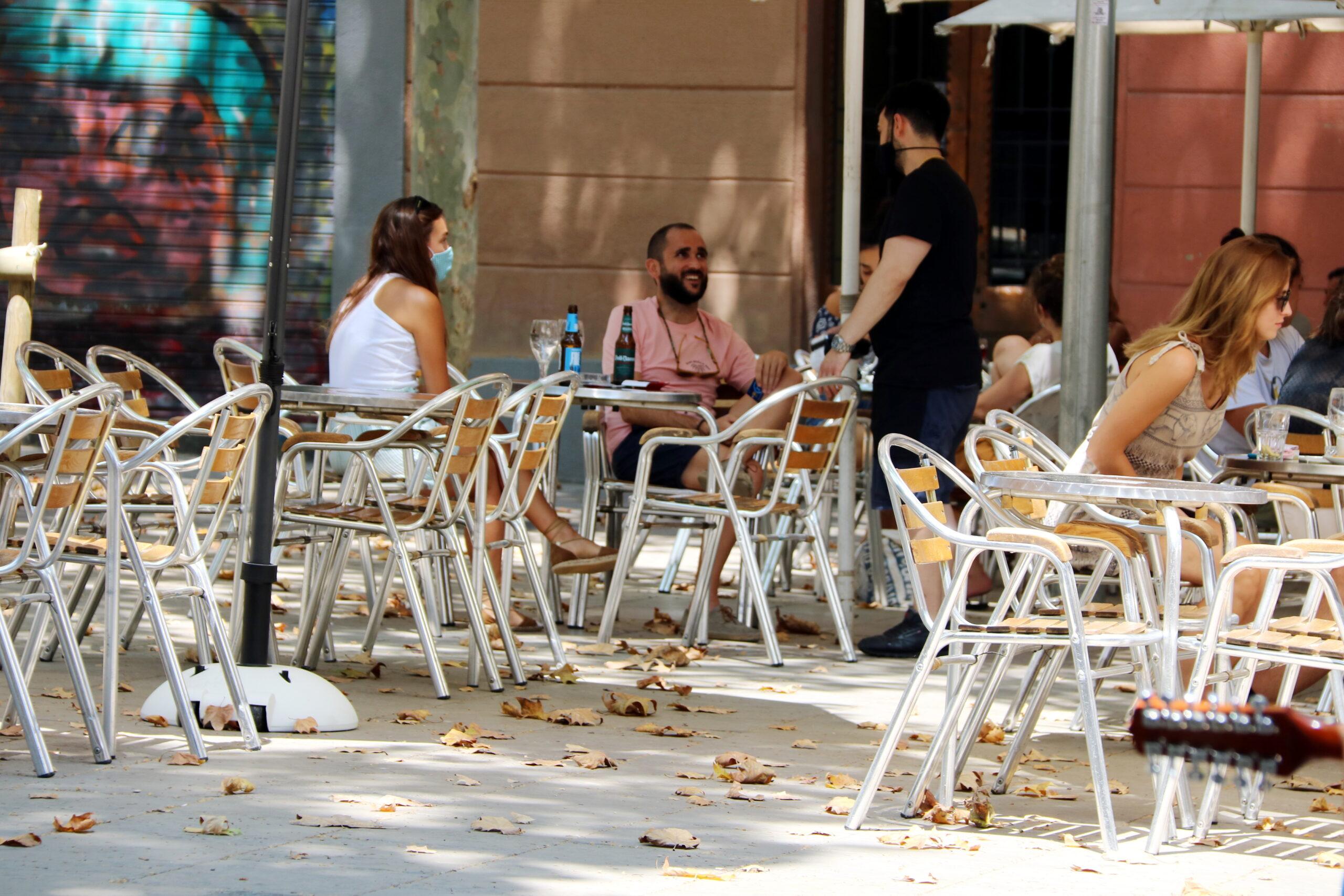 Usuaris en una terrassa de la plaça de la Virreina de Barcelona | ACN