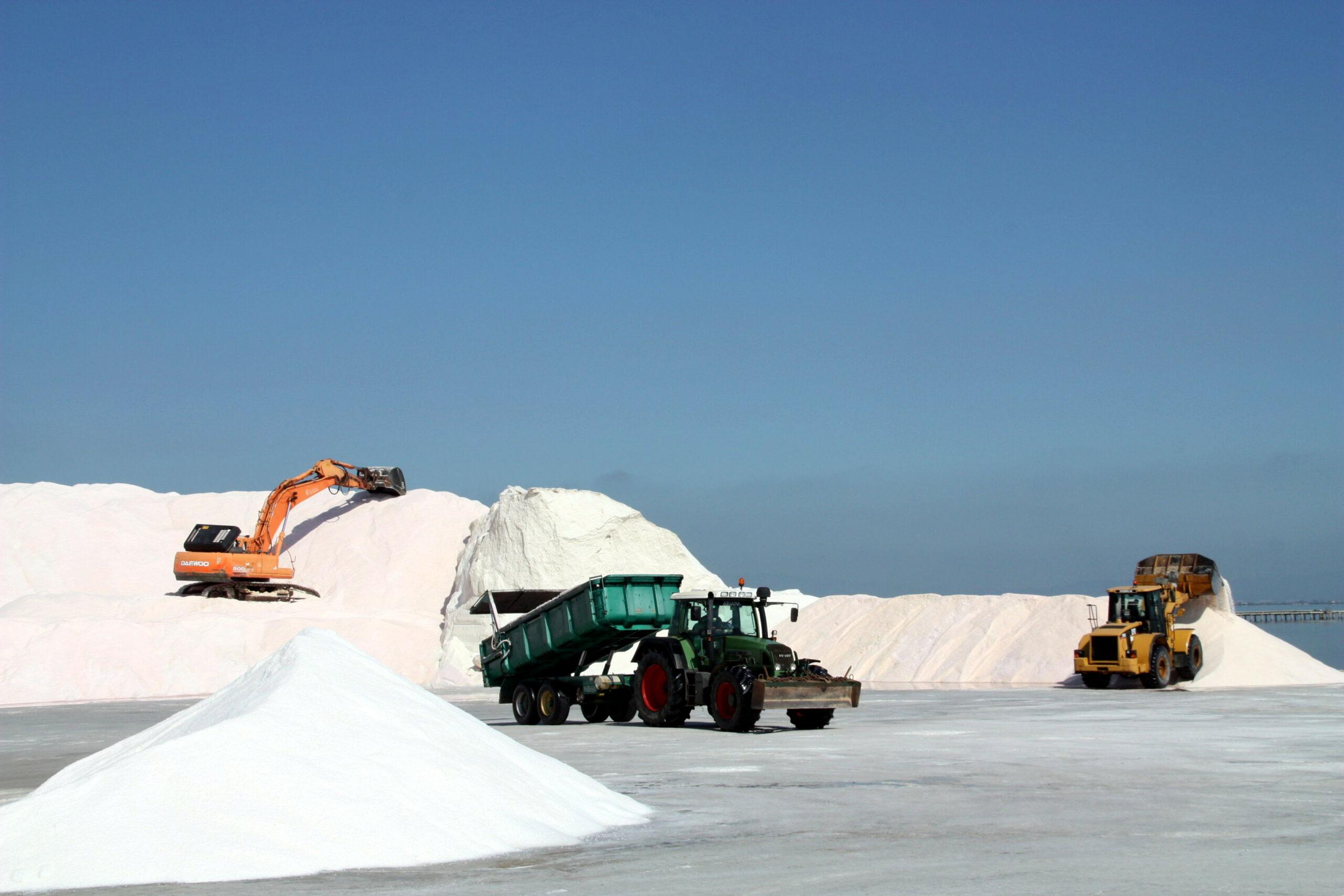 Màquines i tractors treballant en la recollida de la sal a les salines de la Trinitat | ACN