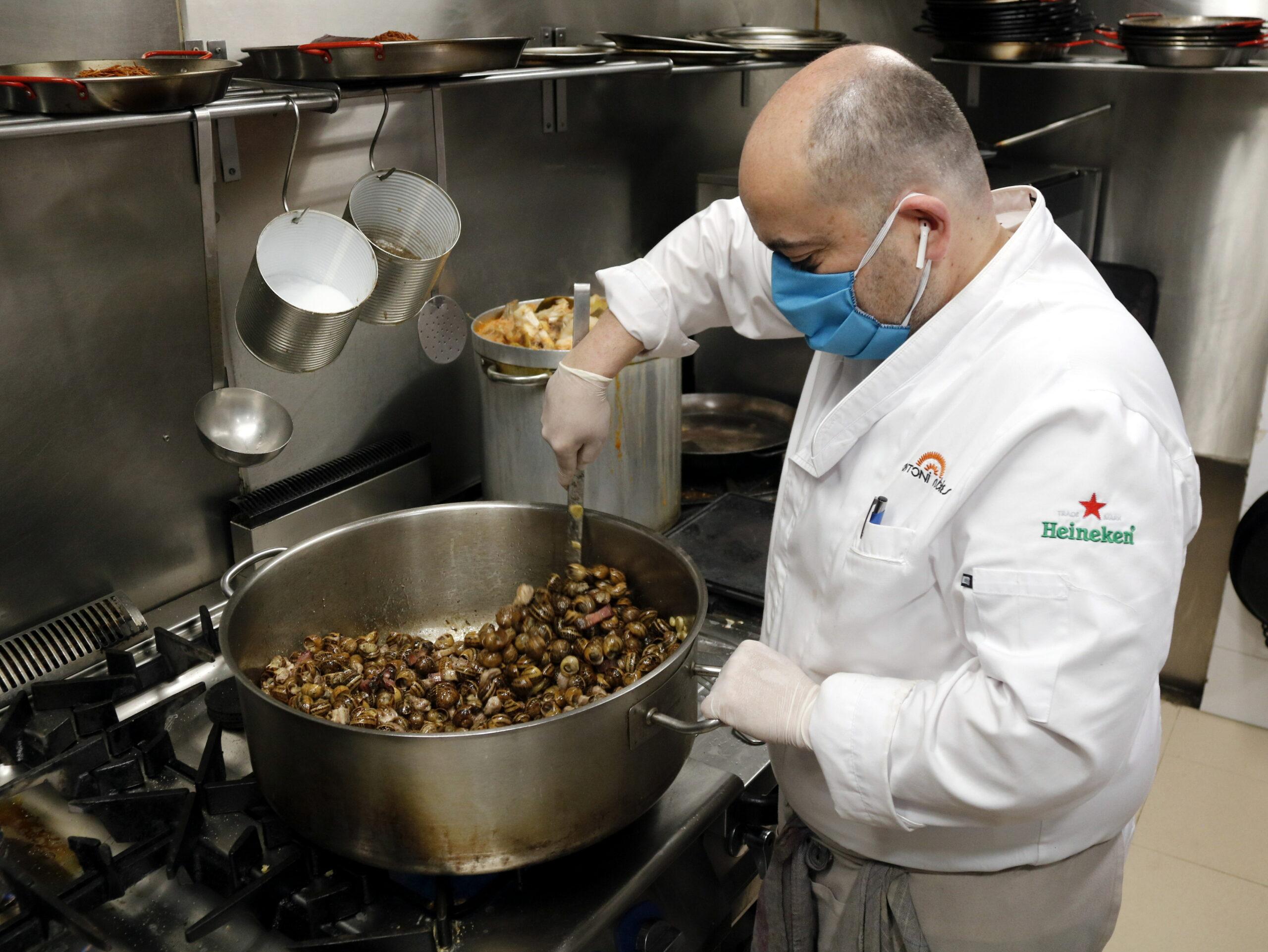 Antoni Rubies, propietari de l'Arrosseria Antoni Rubies, cuinant caragols a la gormanda | ACN