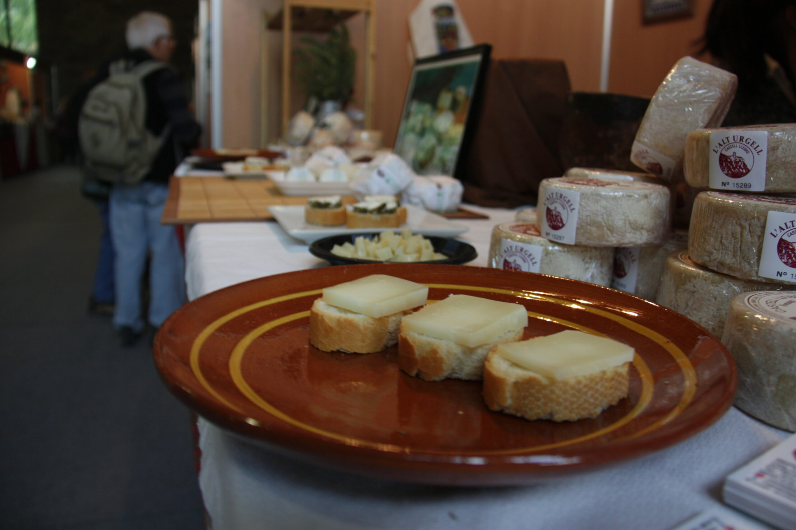 Diverses racions de formatge preparades per a una degustació en un dels expositors de la Fira de Formatges Artesans del Pirineu que acull la Seu d'Urgell, l'any 2018 | ACN