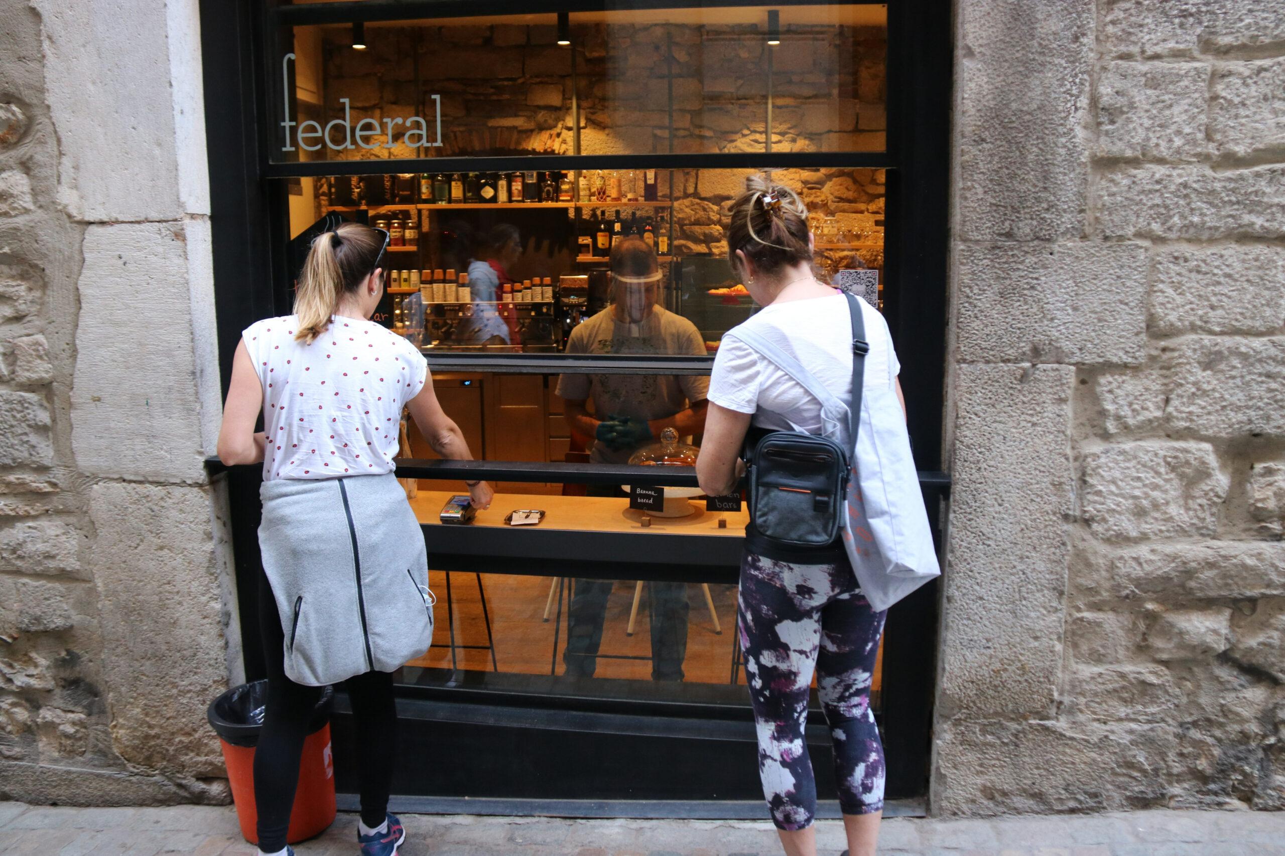 Dues noies demanant un cafè per emportar en establiment del carrer de la força de Girona   ACN