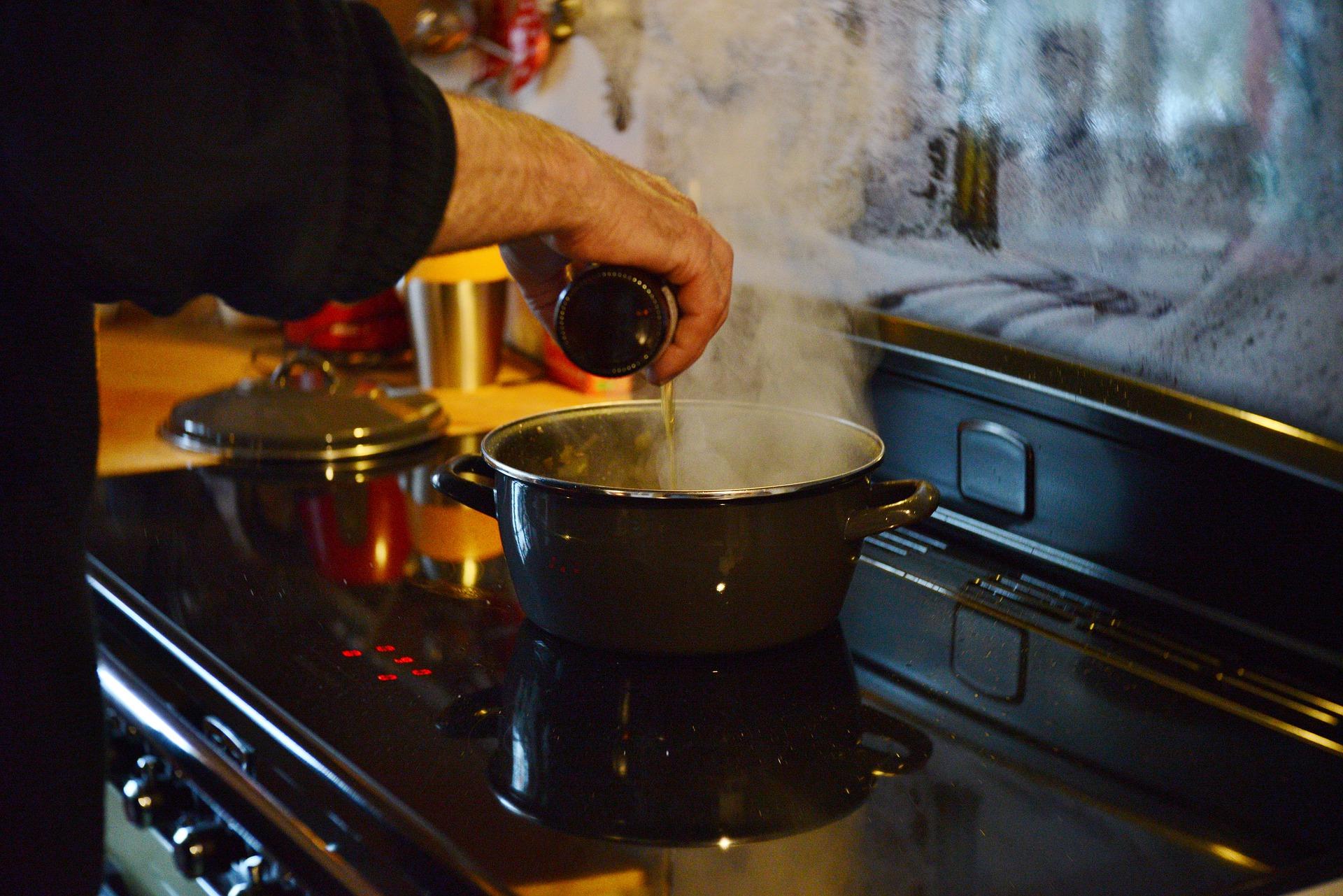Una persona cuinant | Pixabay