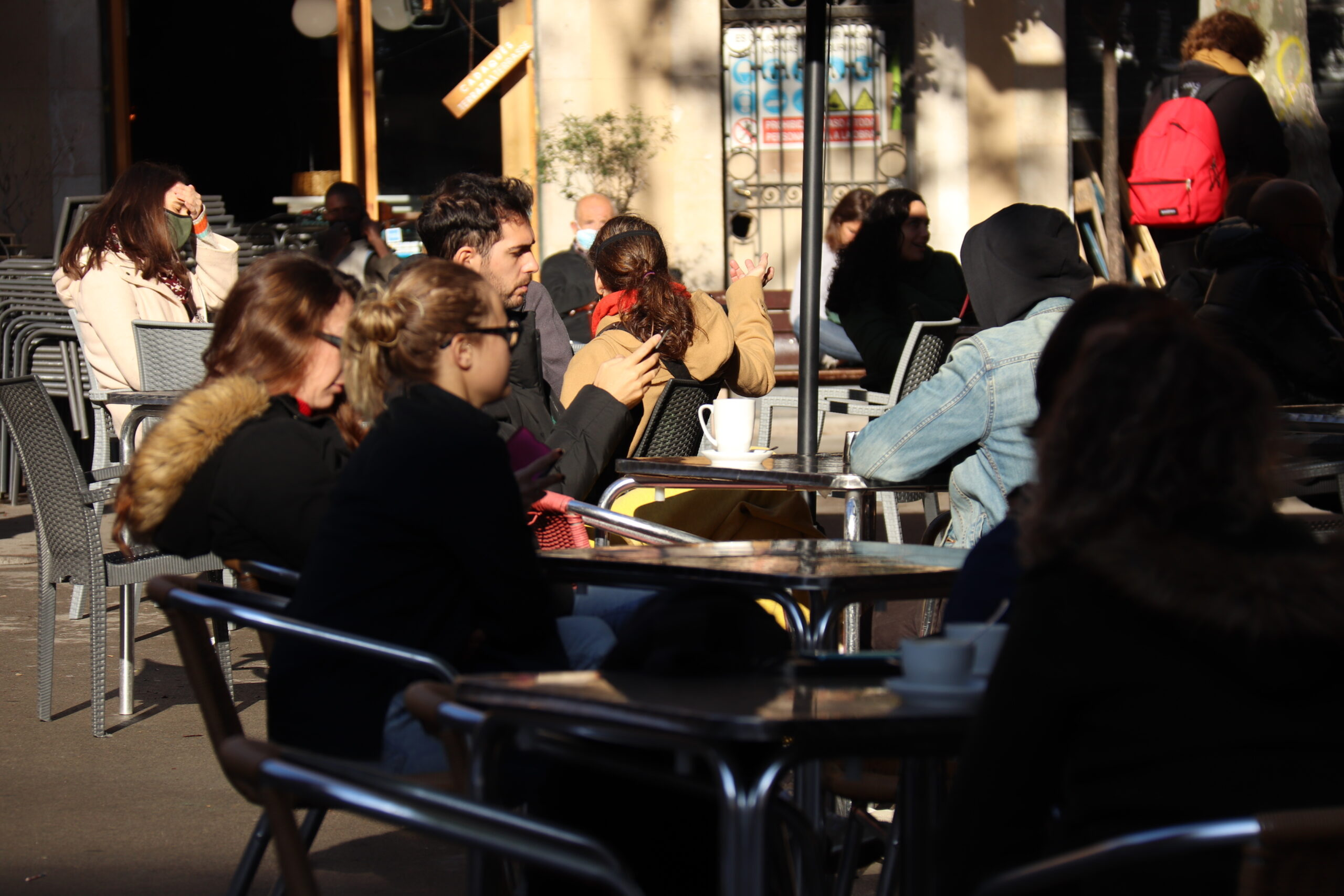 Un grup de clients asseguts a les terrasses de la plaça de la Vila de Gràcia, en una imatge d'arxiu | ACN