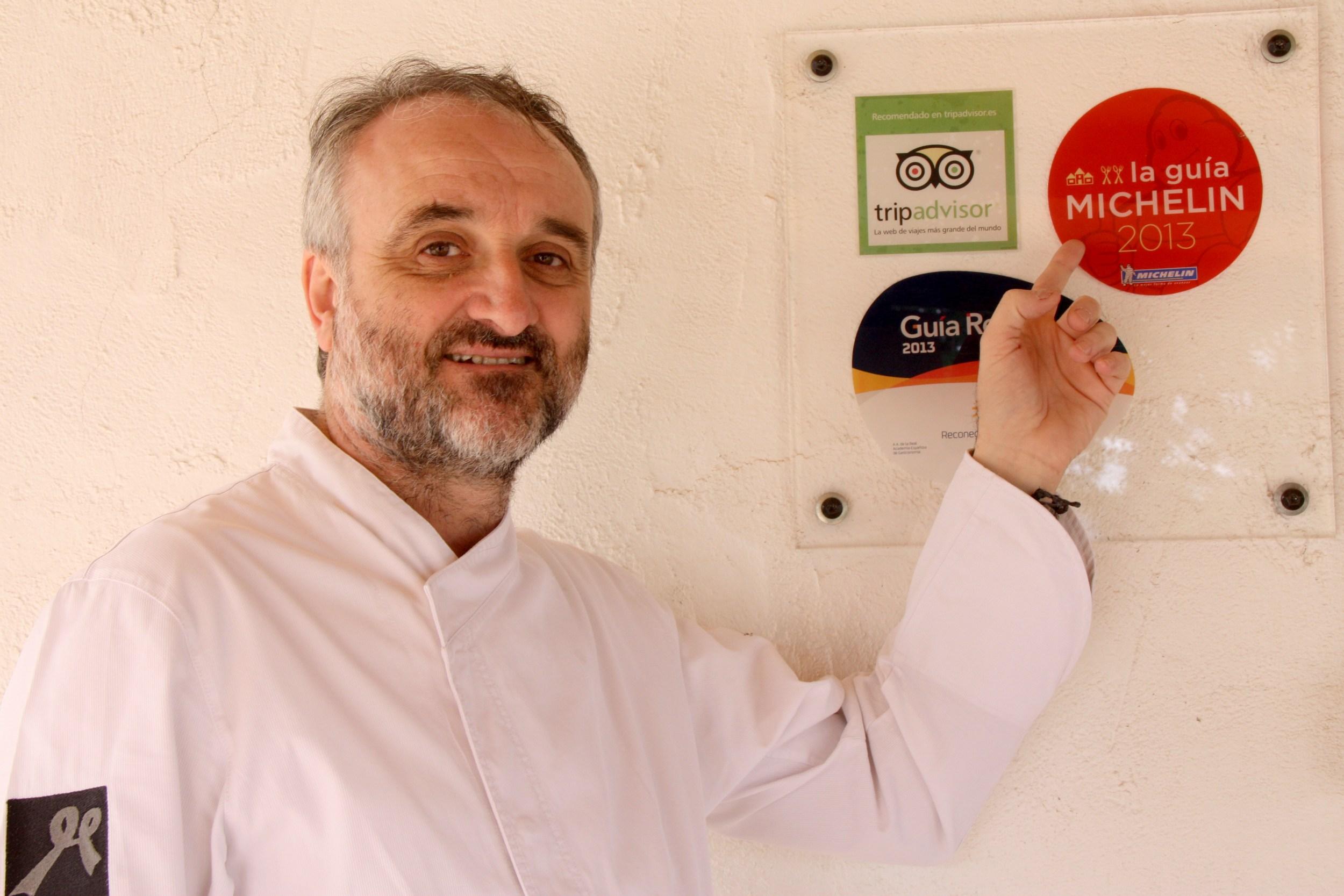 Jeroni Castell, assenyalant el cartell distintiu de l'estrella la Guia Michelin | ACN