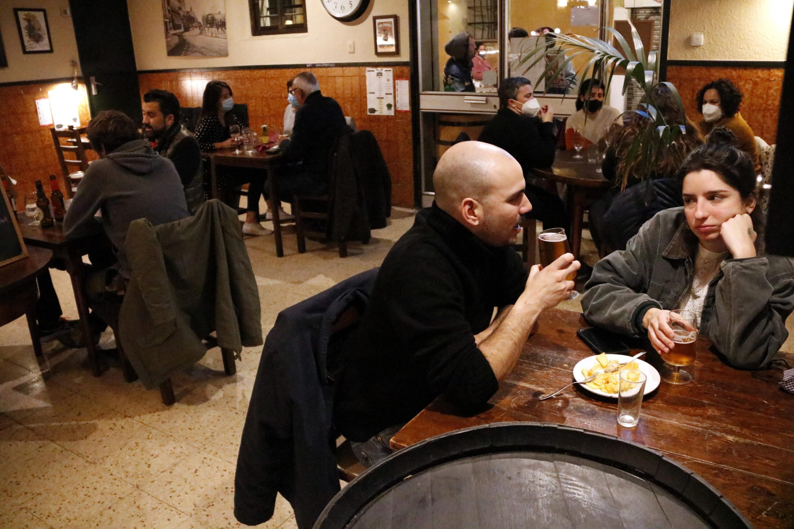 Gent sopant al restaurant Casa Pagès | ACN