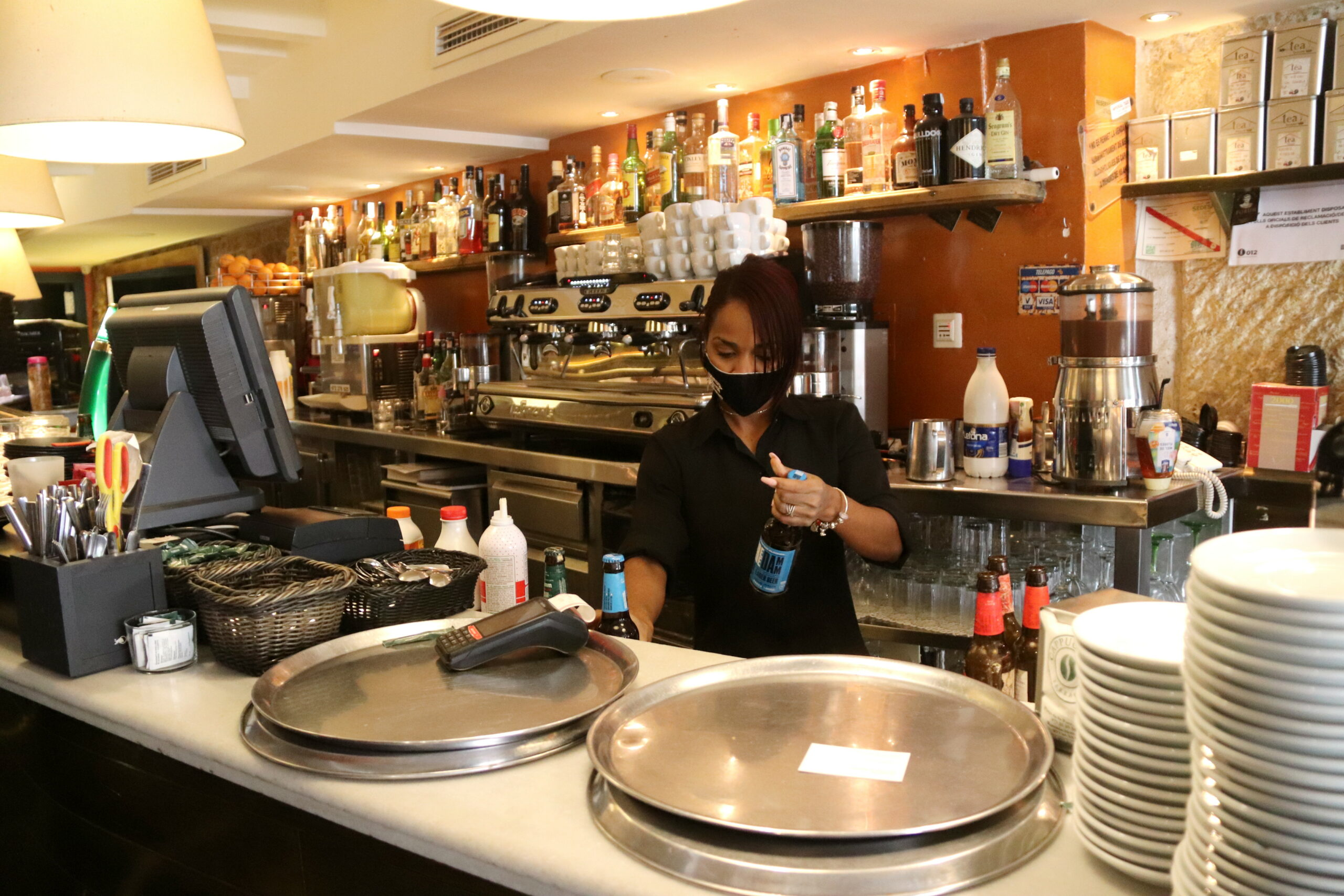 La barra del restaurant Capuccino de Tarragona, amb una de les treballadors   ACN