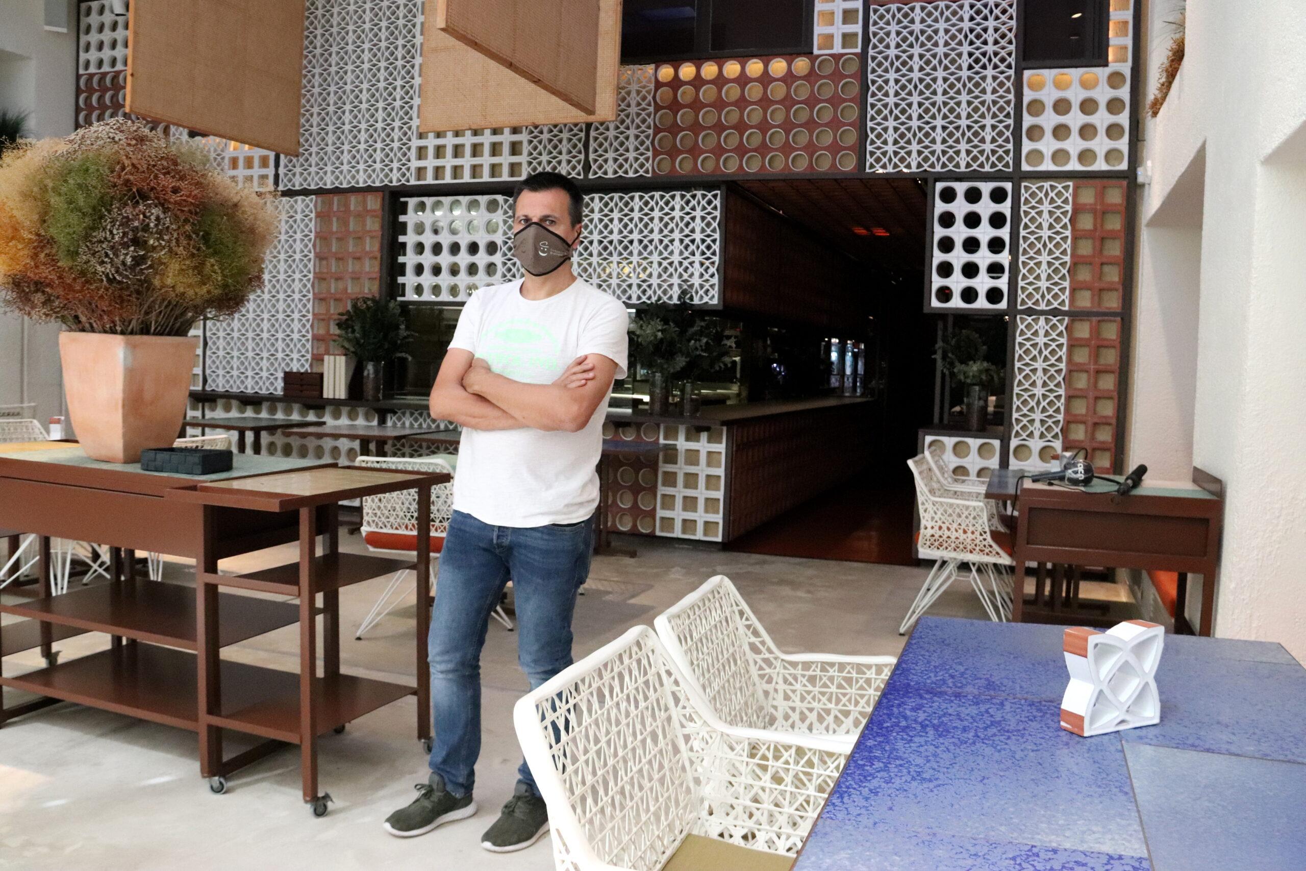 Un dels propietaris del Disfrutar de Barcelona, Oriol Castro, a la sala del restaurant on han hagut de treure taules per complir amb les distàncies | ACN