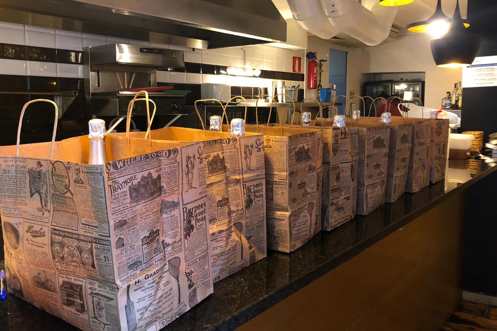 Les bosses amb el menjar que ha donat el restaurant Diferent de Begur a famílies vulnerables | ACN