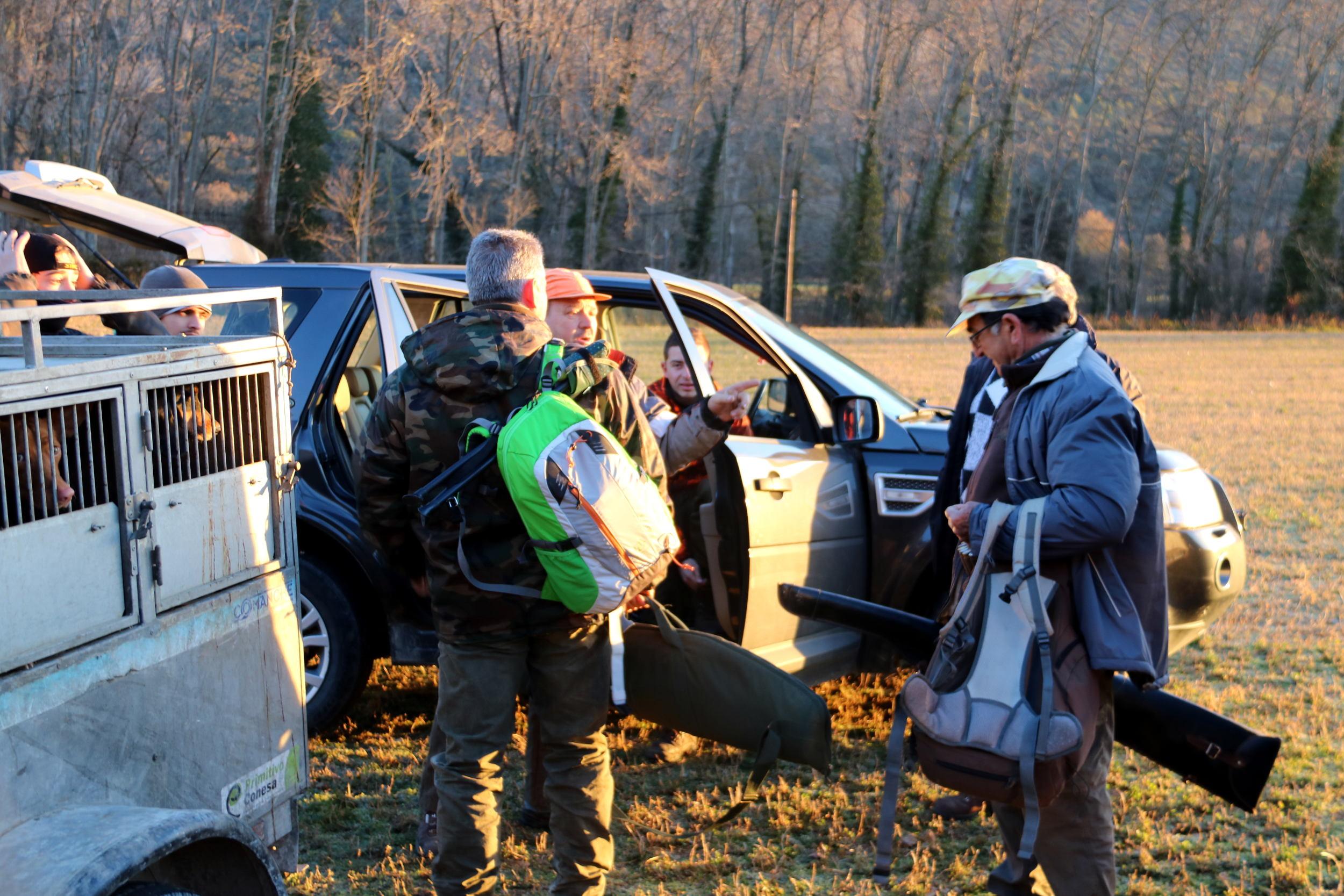 Uns caçadors a punt de sortir a la batuda de senglars | ACN
