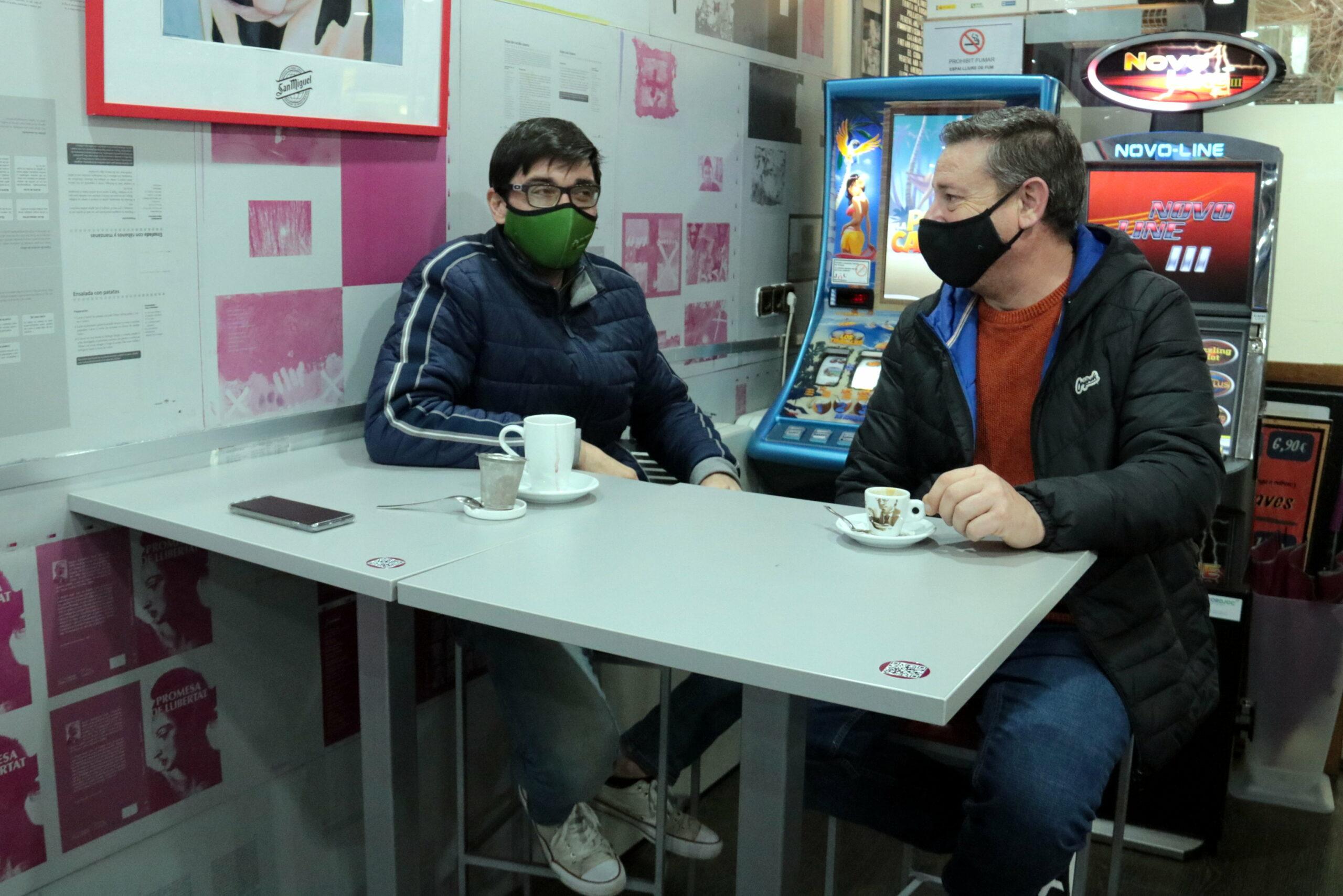 Dos clients d'una cafeteria de la Zona Alta de Lleida | ACN