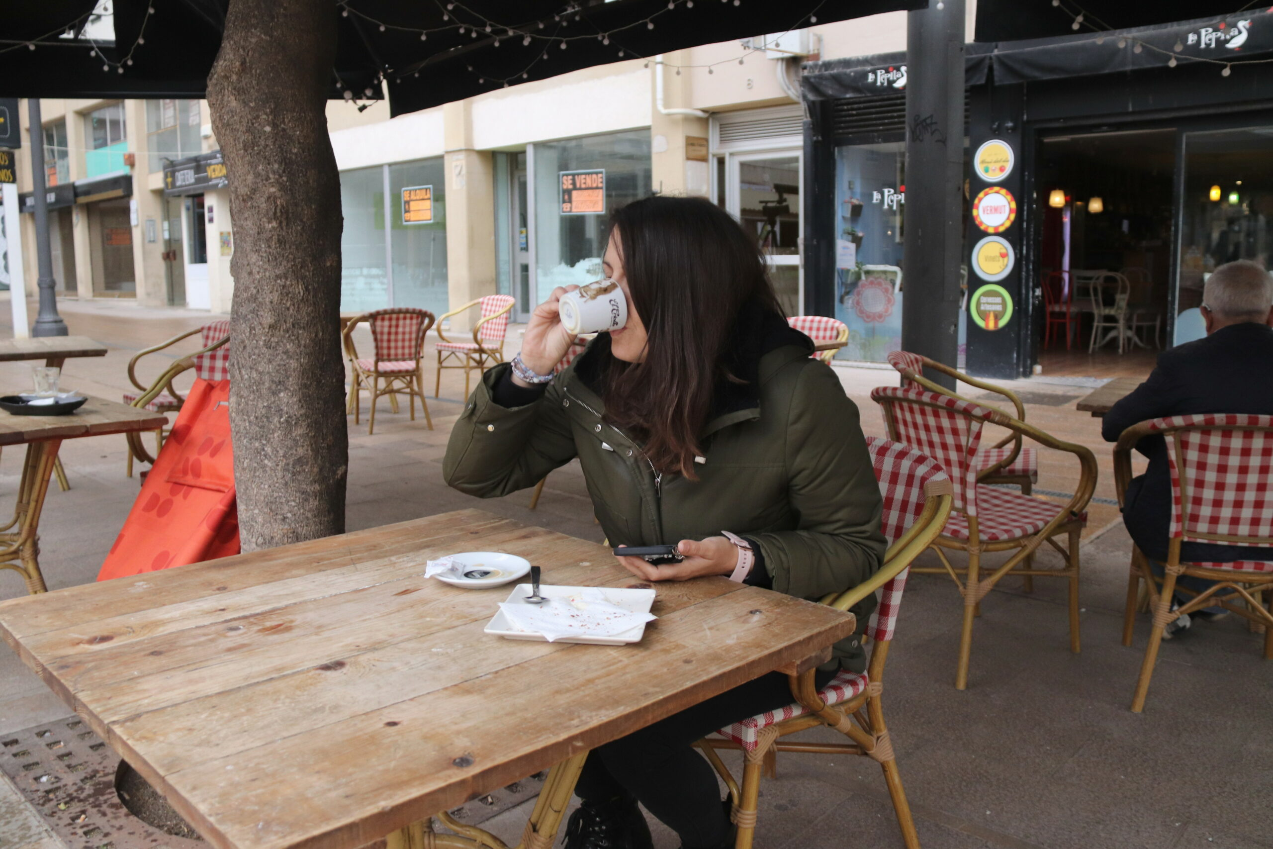 Una dona prenent un cafè en un bar del centre de Tarragona | ACN