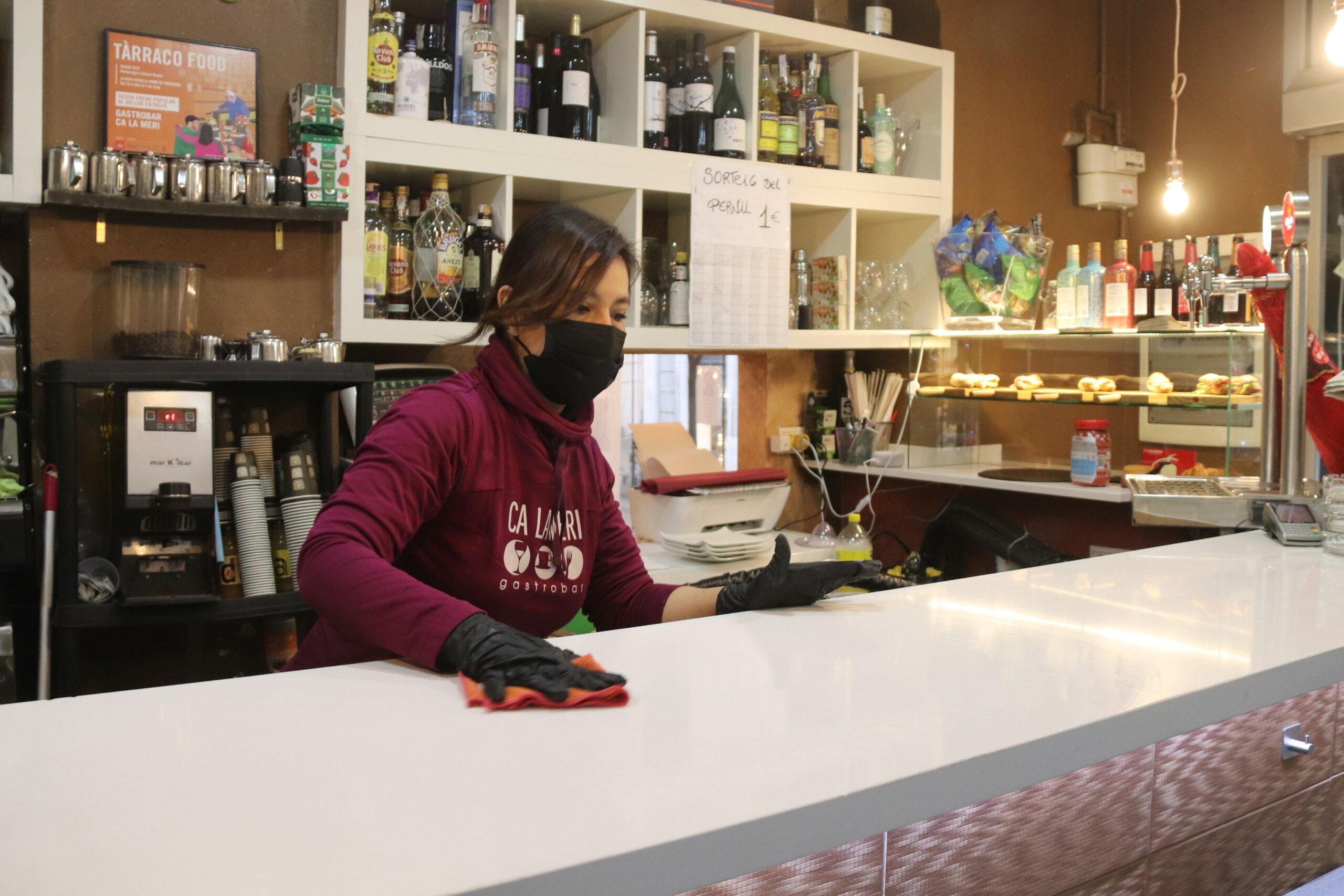 Una cambrera netejant la barra del bar Ca la Meri de Tarragona | ACN