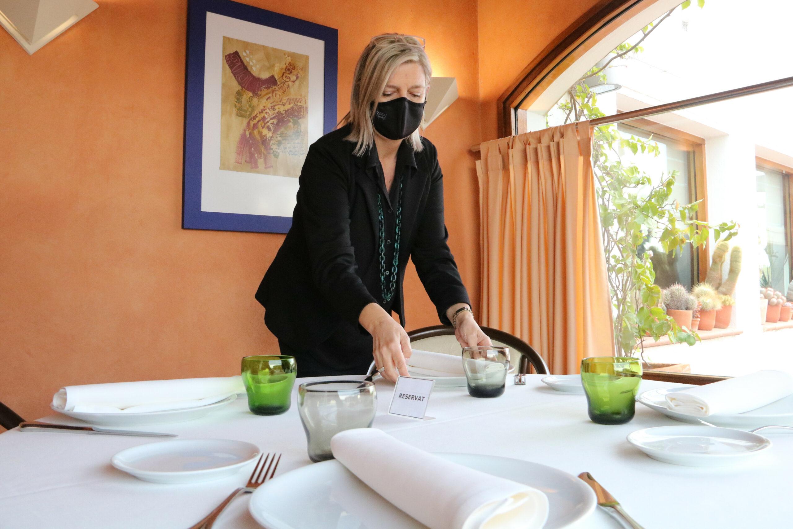 La secretària de l'Associació d'Hostaleria de l'Alt Empordà i directora de l'hotel Bon Retorn, Marta Gardell, preparant una taula del restaurant | ACN