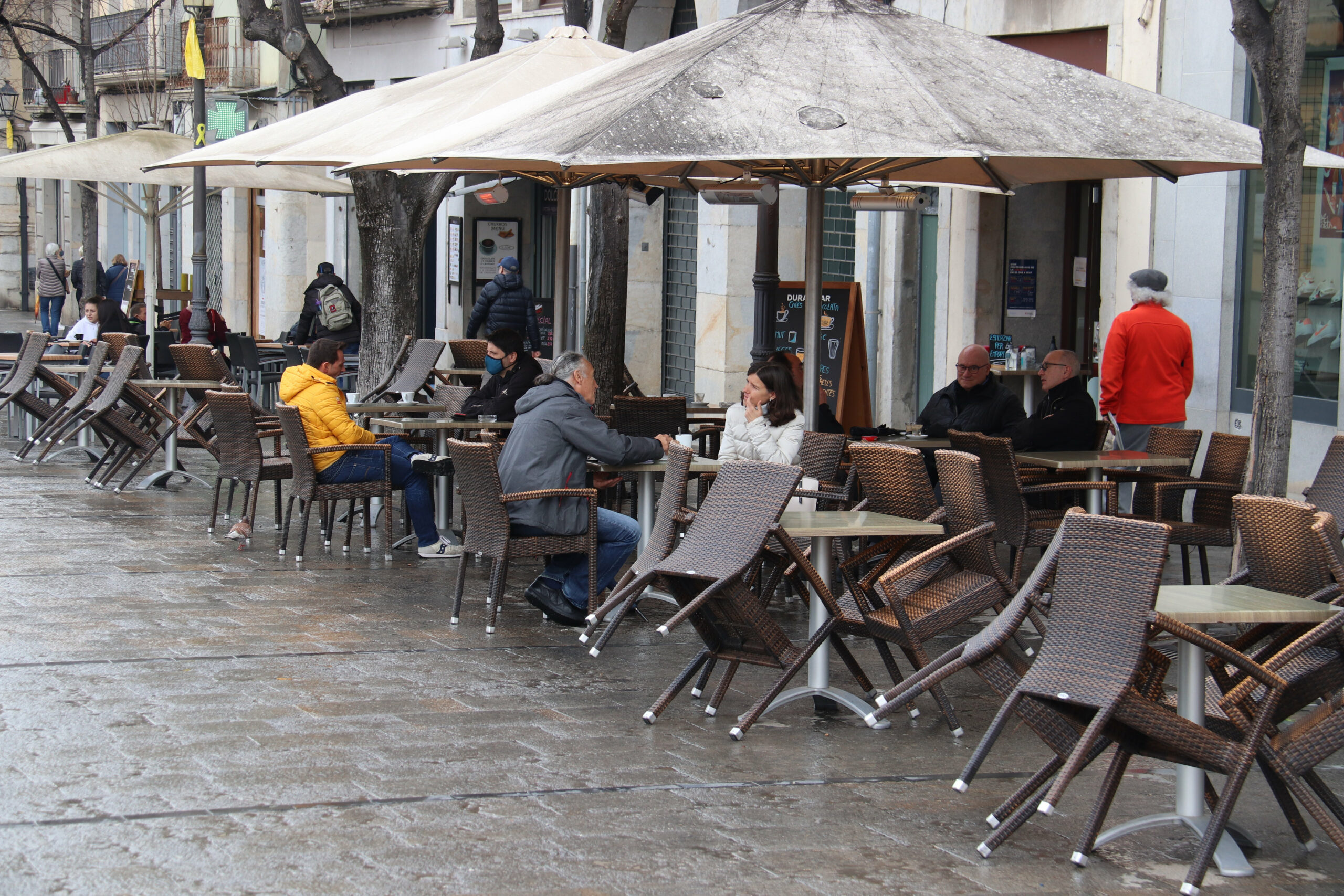 Algunes terrasses de la Rambla de Girona a mig matí amb gent esmorzant i fent el cafè | ACN