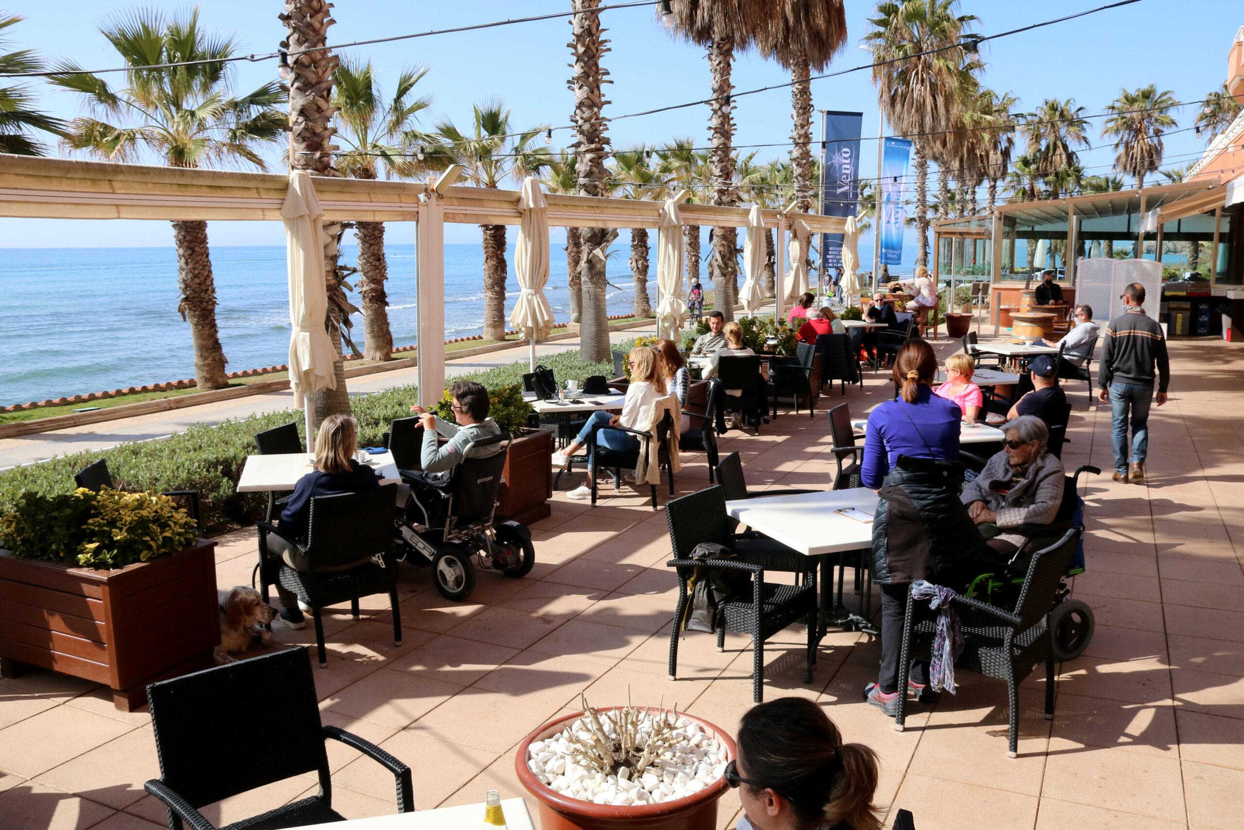 La terrassa d'un restaurant de Sitges amb gairebé totes les taules plenes | ACN