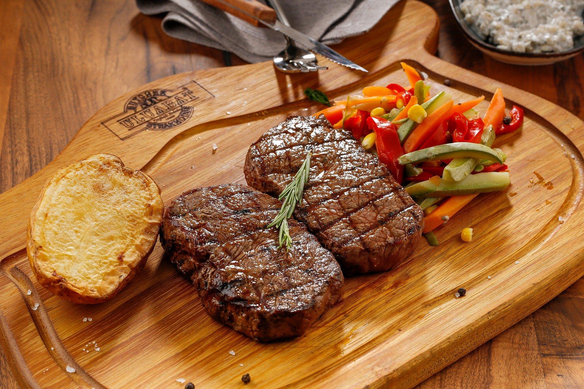 Dos trossos de carn a punt per menjar | Pixabay