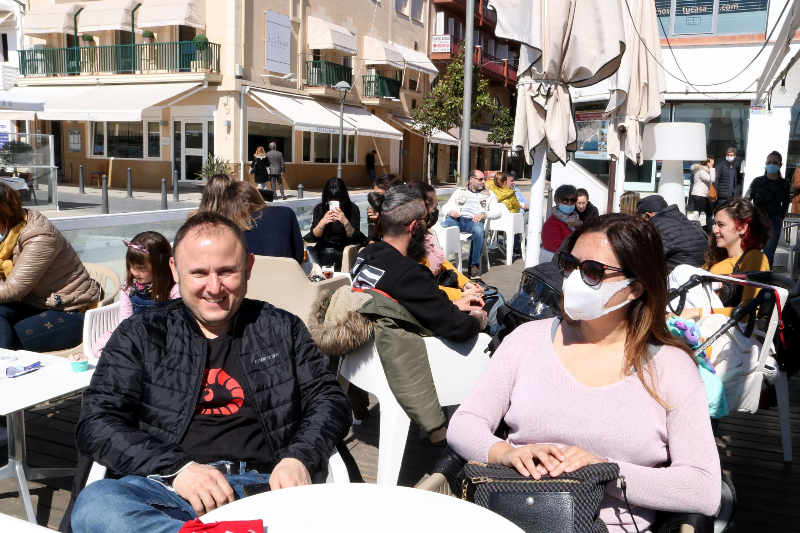 Persones assegudes a una de les terrasses dels bars del passeig marítim de Cambrils | ACN