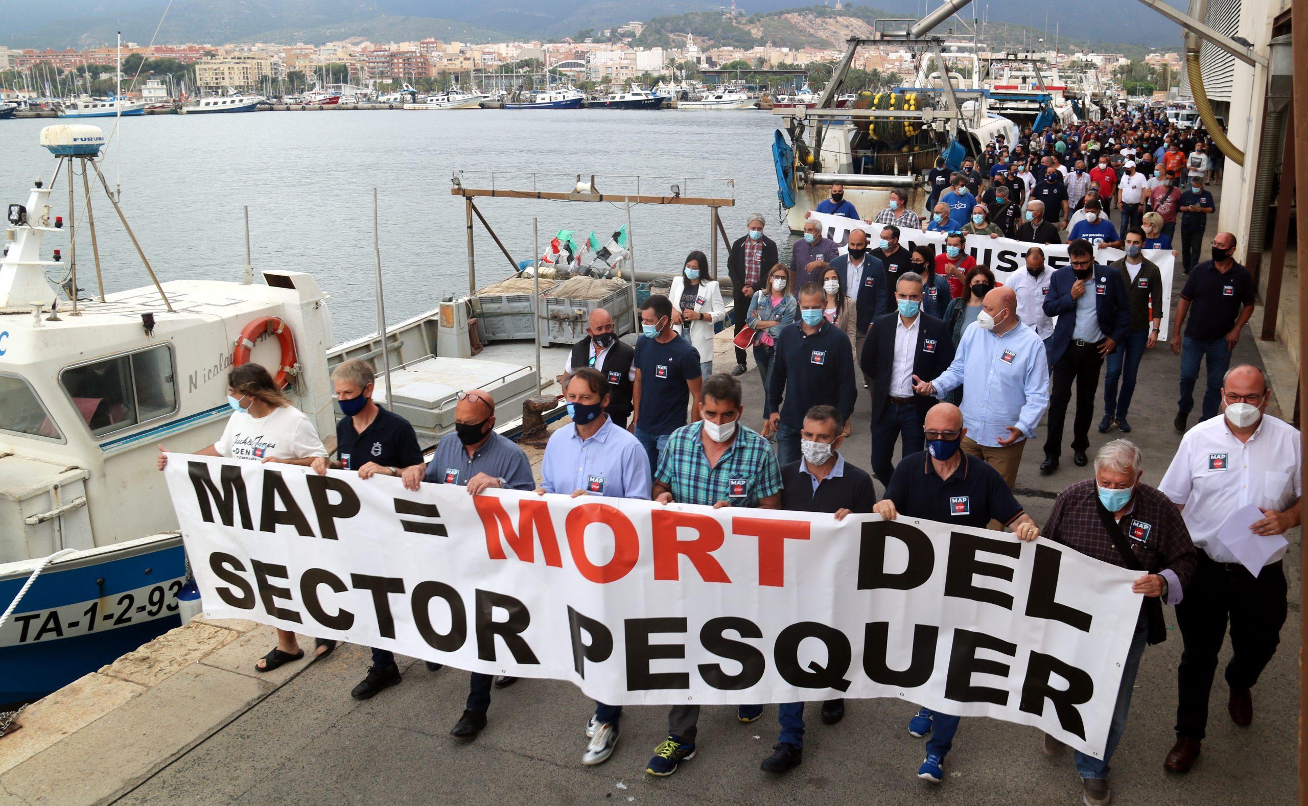 La manifestació del pescadors al port pesquer de Sant Carles de la Ràpita, per protestar contra la MAP que els augmenta els dies de veda biològica | ACN
