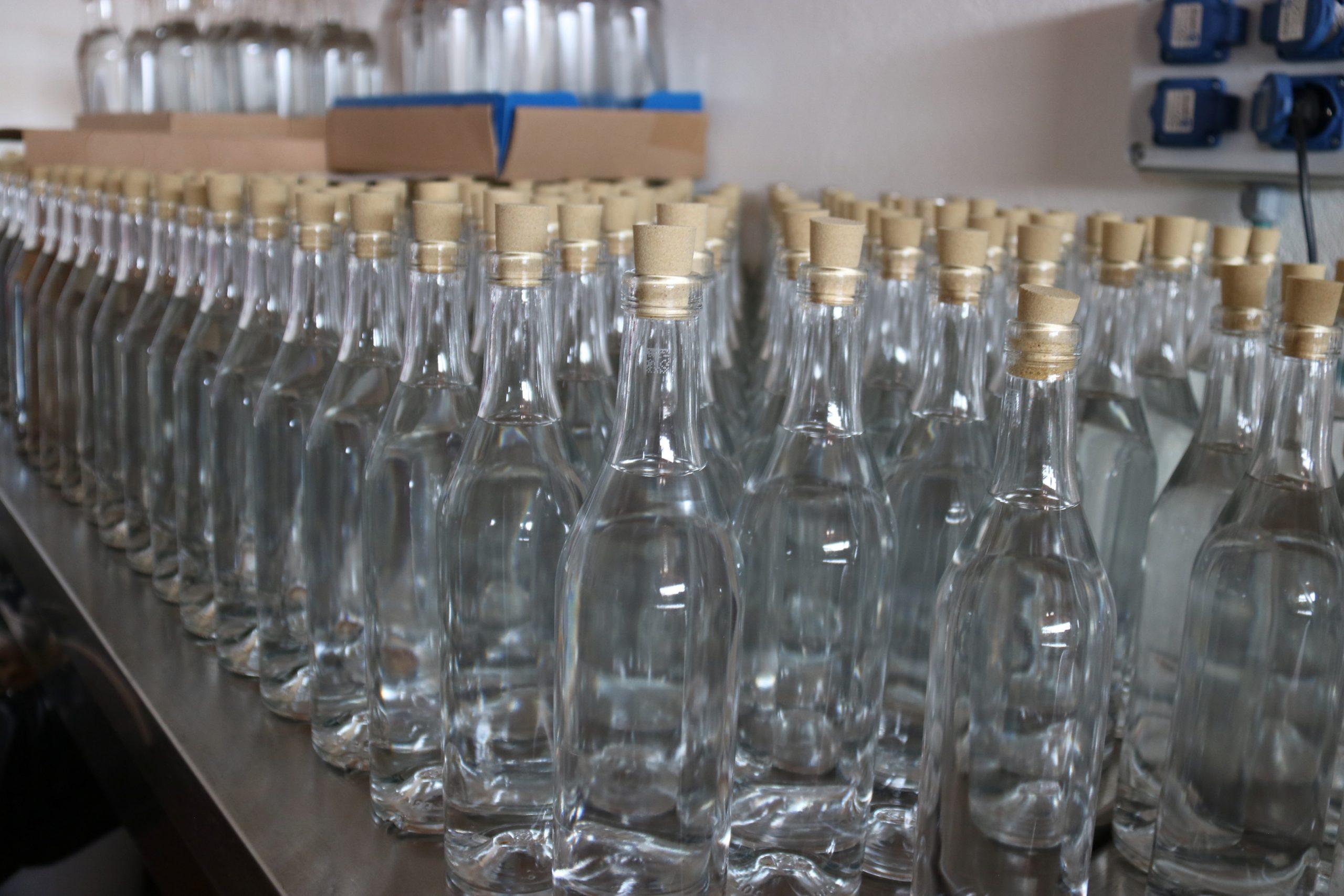 Algunes de les ampolles de ginebra en el procés de producció | ACN