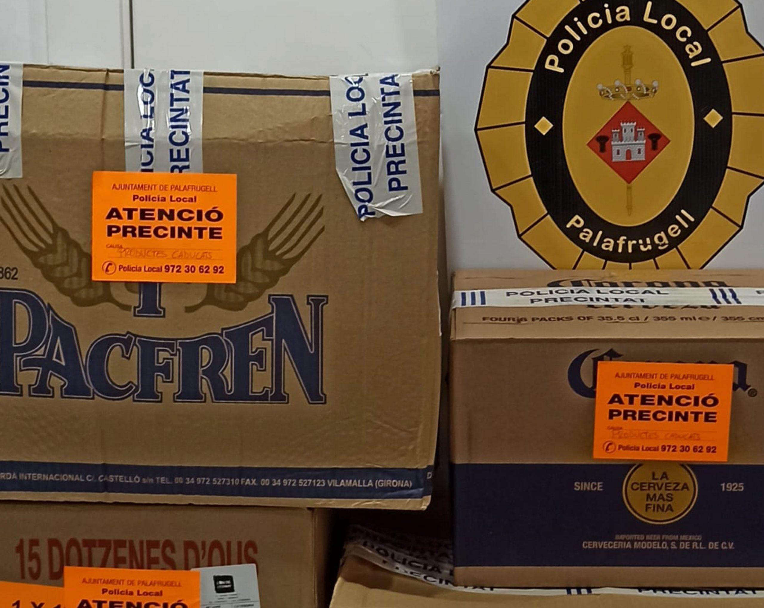 Les caixes amb productes caducats que es venien en dos supermercats de Palafrugell que ha intervingut la Policia Local | ACN