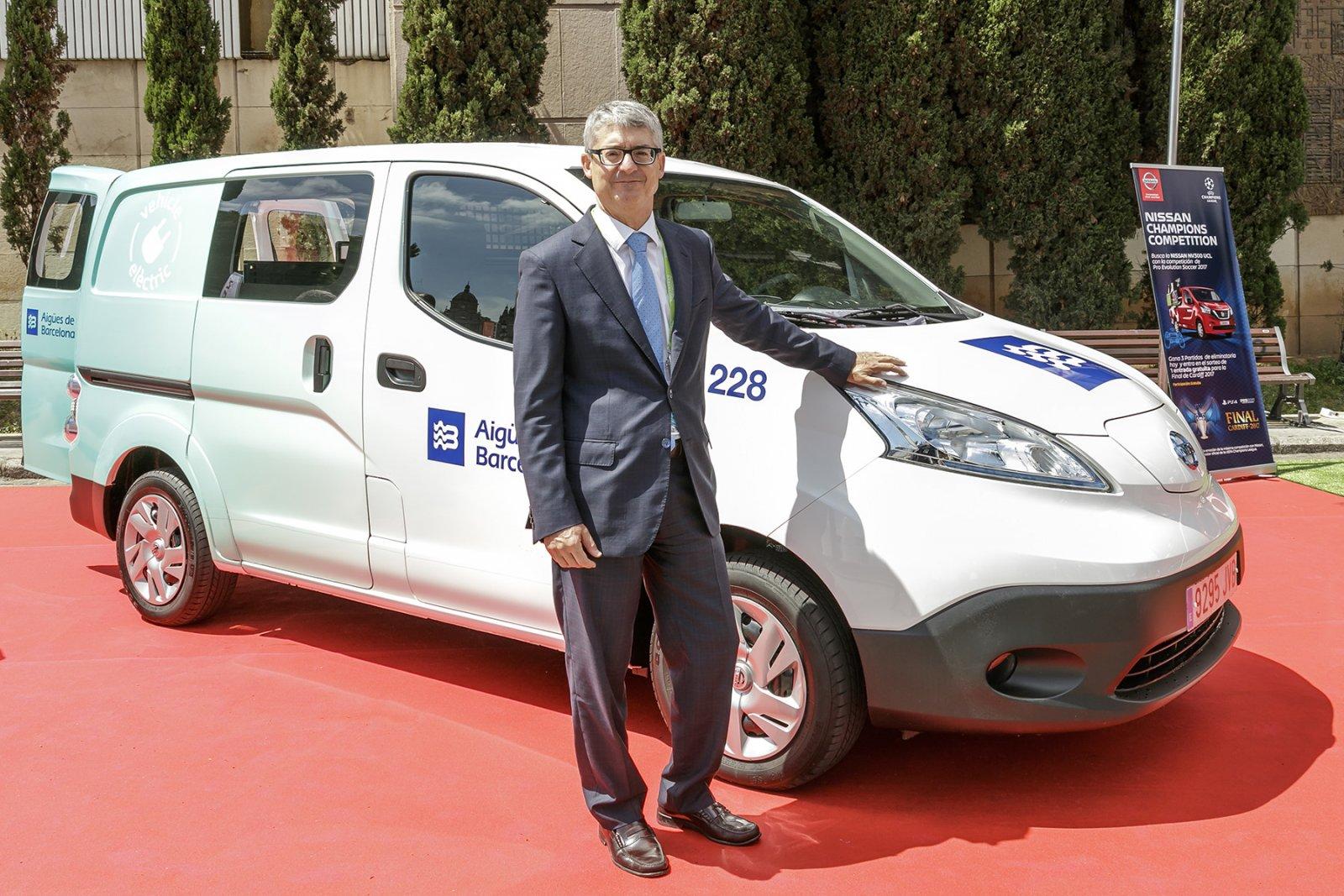 Igsasi Escudero, director General d'Aigües de Barcelona amb un dels nous vehicles elèctric de la flota de la companyia