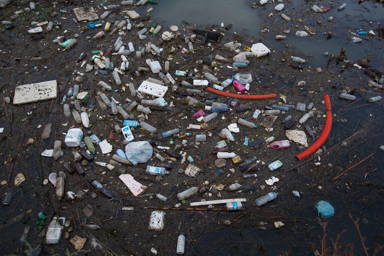 Plàstics a la desembocadura d'un riu