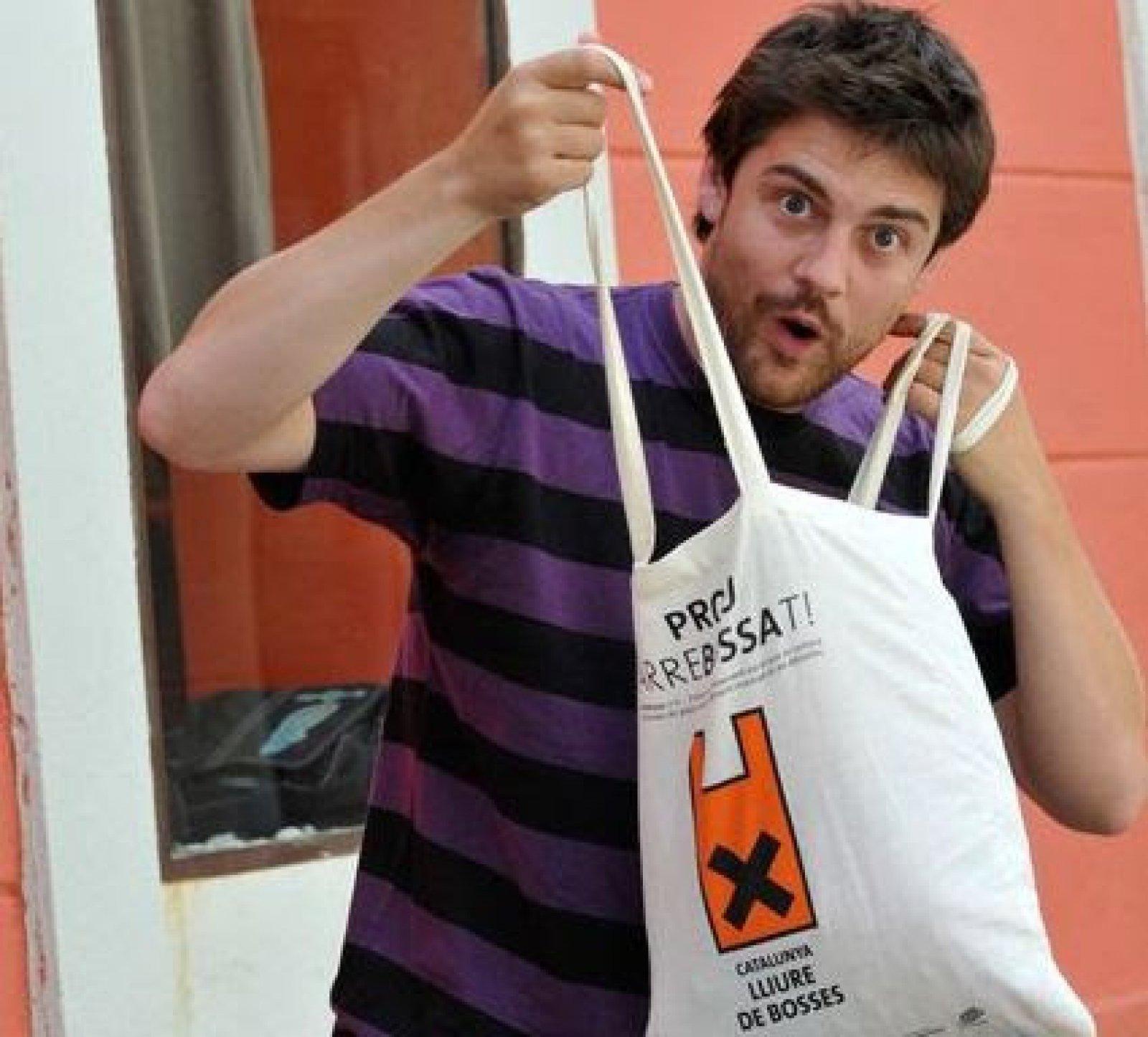 Roger Coma en la campanya Catalunya lliure de bosses de plàstic