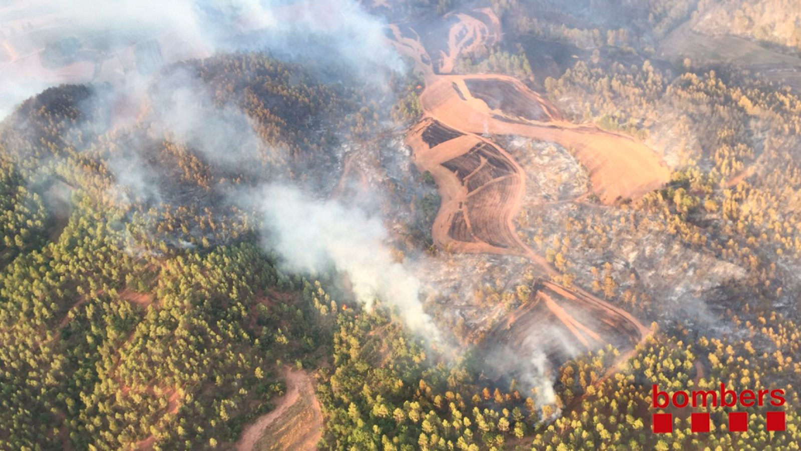 Imatge aèria de l'incendi que crema a Artés