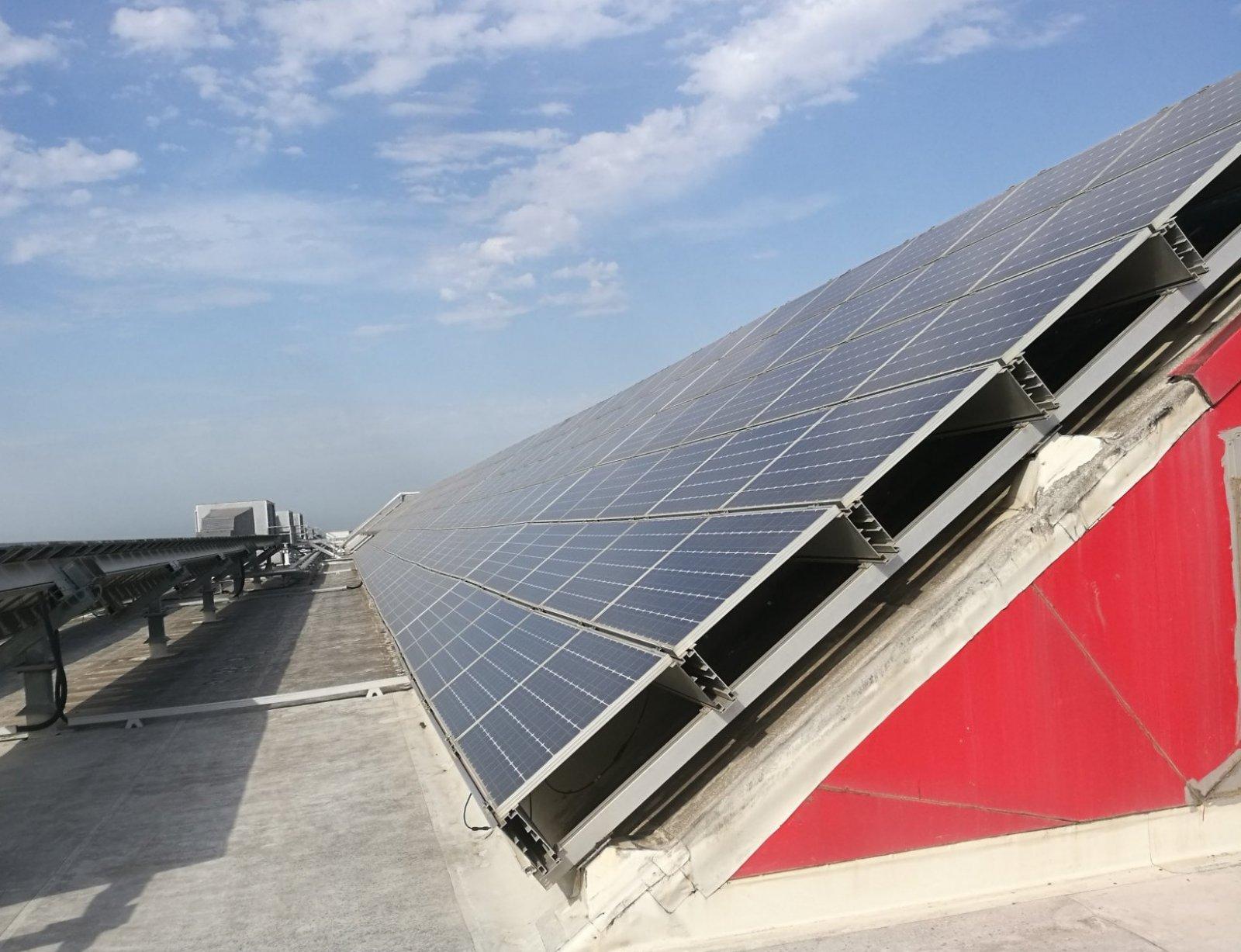 Plaques solars al terrat de la DAMM
