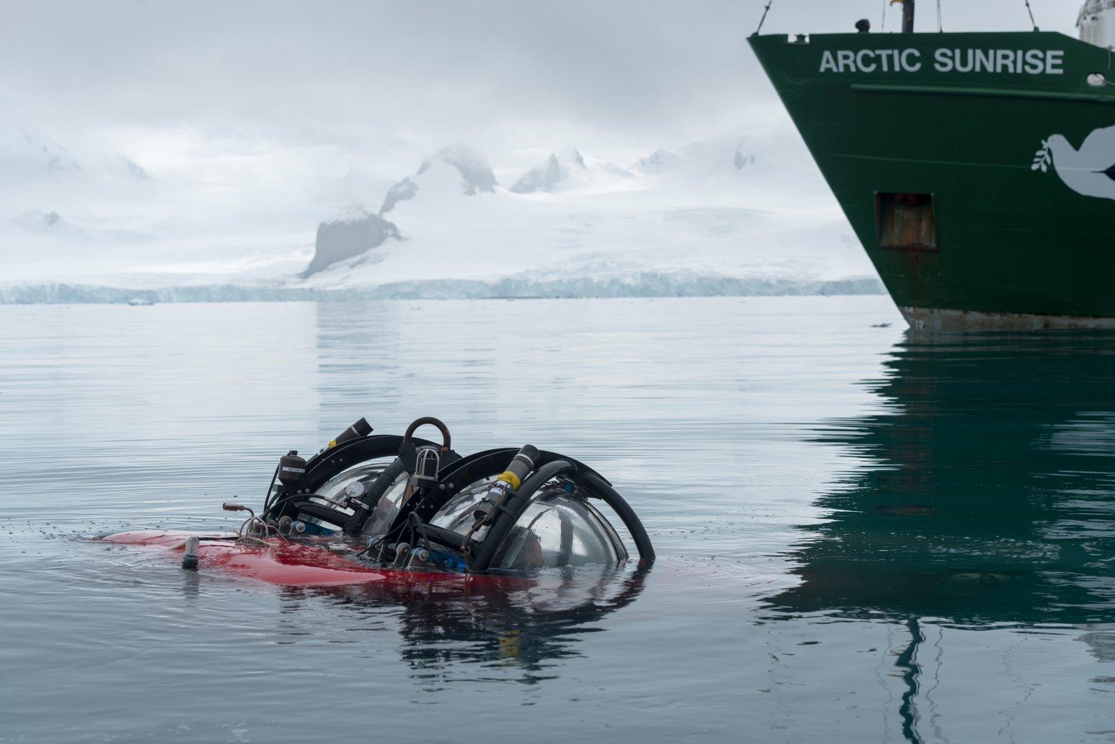 El submarí de l'Arctic Sunrise entrant a les aigües de l'Antàrtic