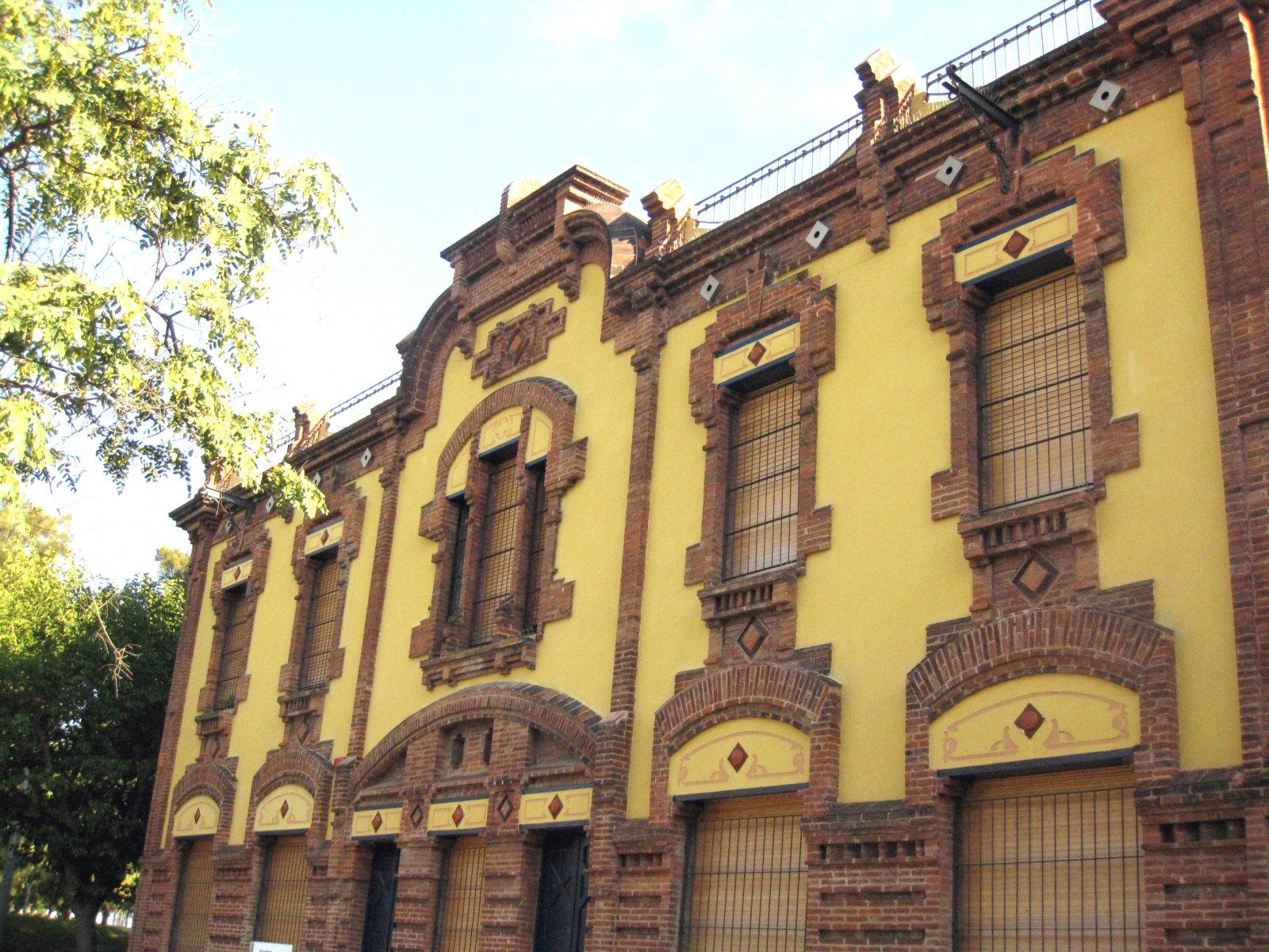 Façana de l'antic edifici de Catalana de Gas