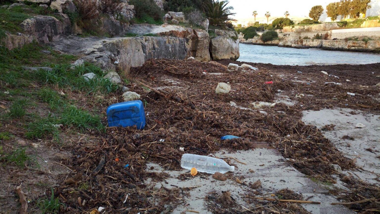 El litoral menorquí ple de plàstics