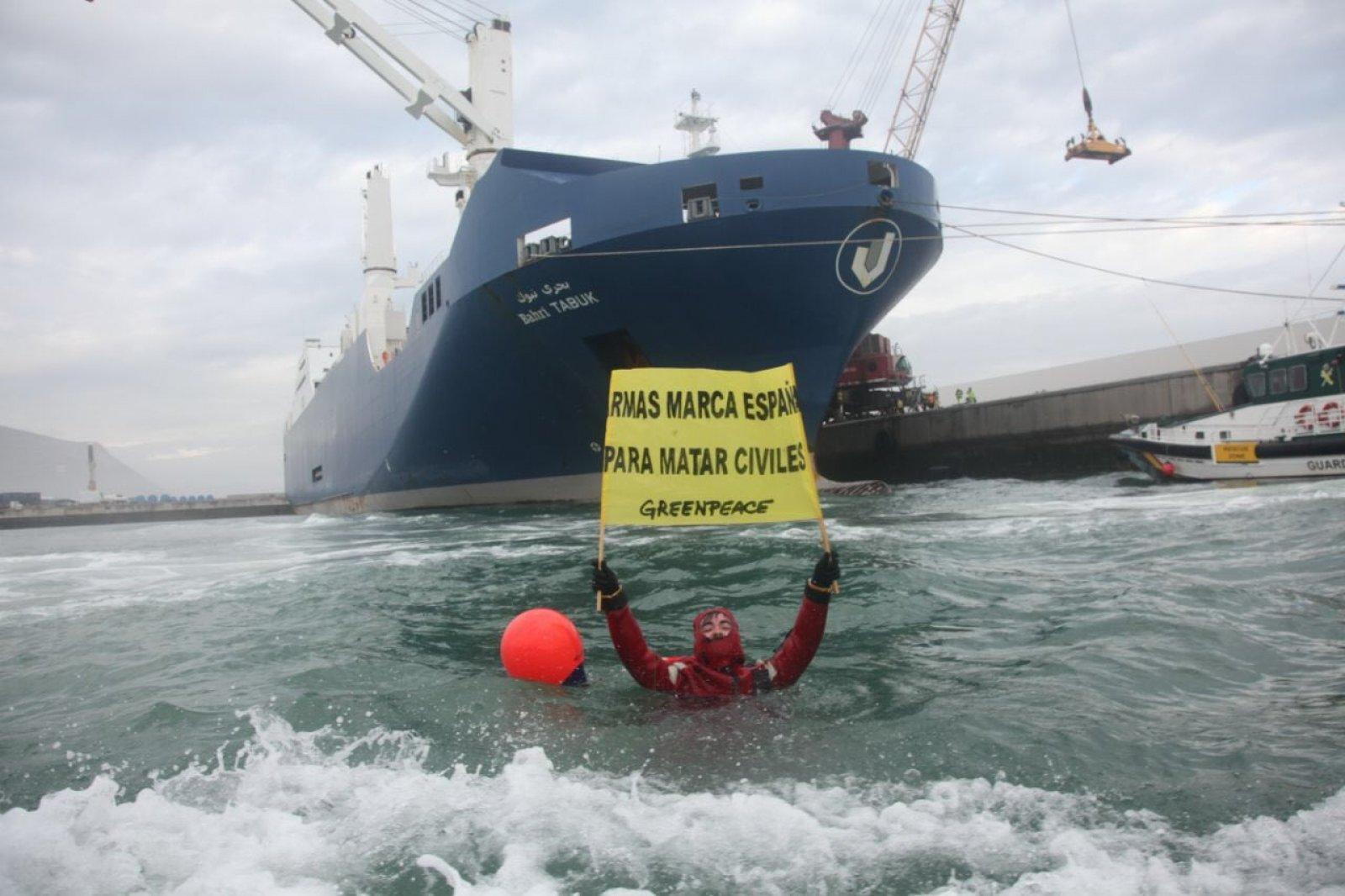 Activista de Greenpeace protesta contra l'enviament il·legal d'armes al Iemen
