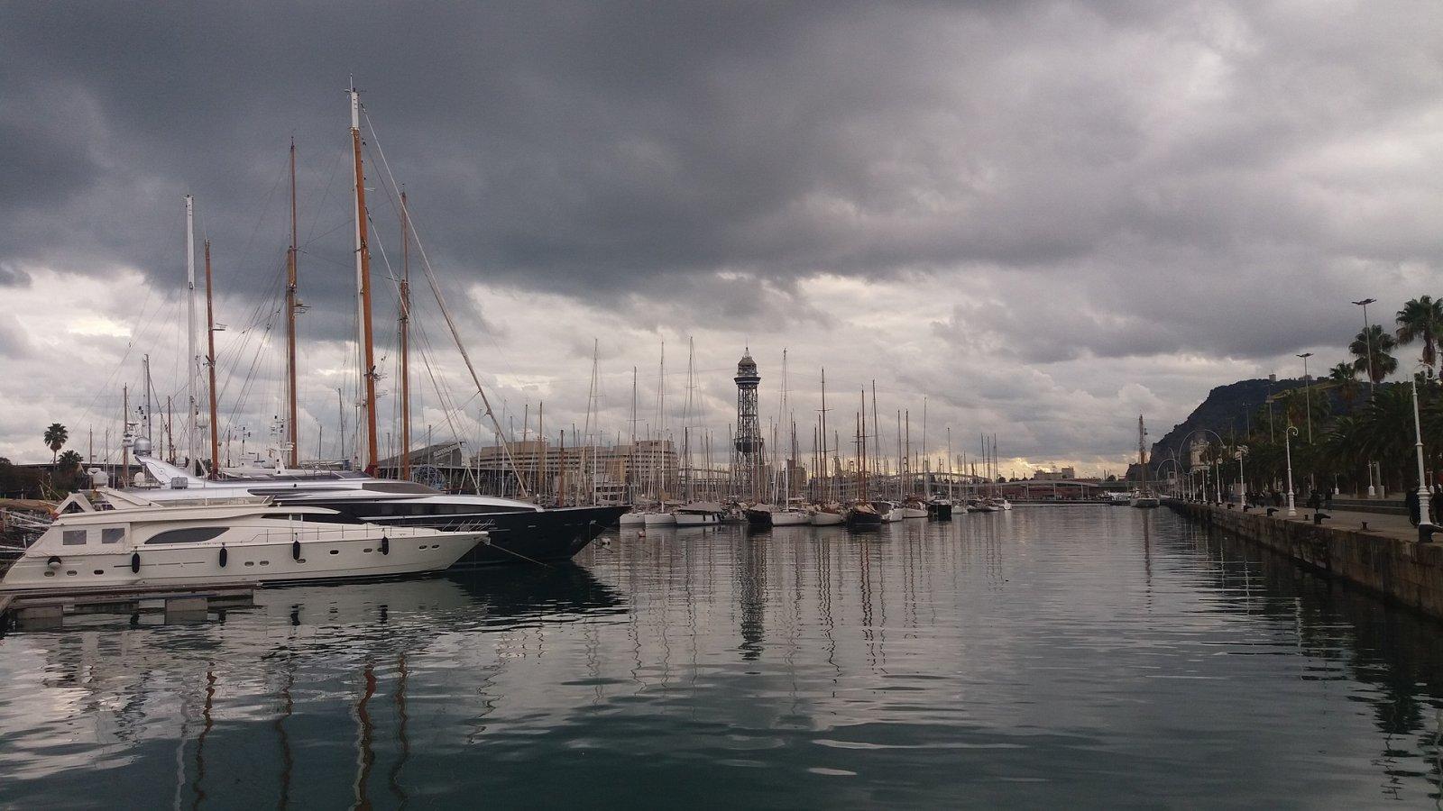 El port vell de Barcelona sota els núvols