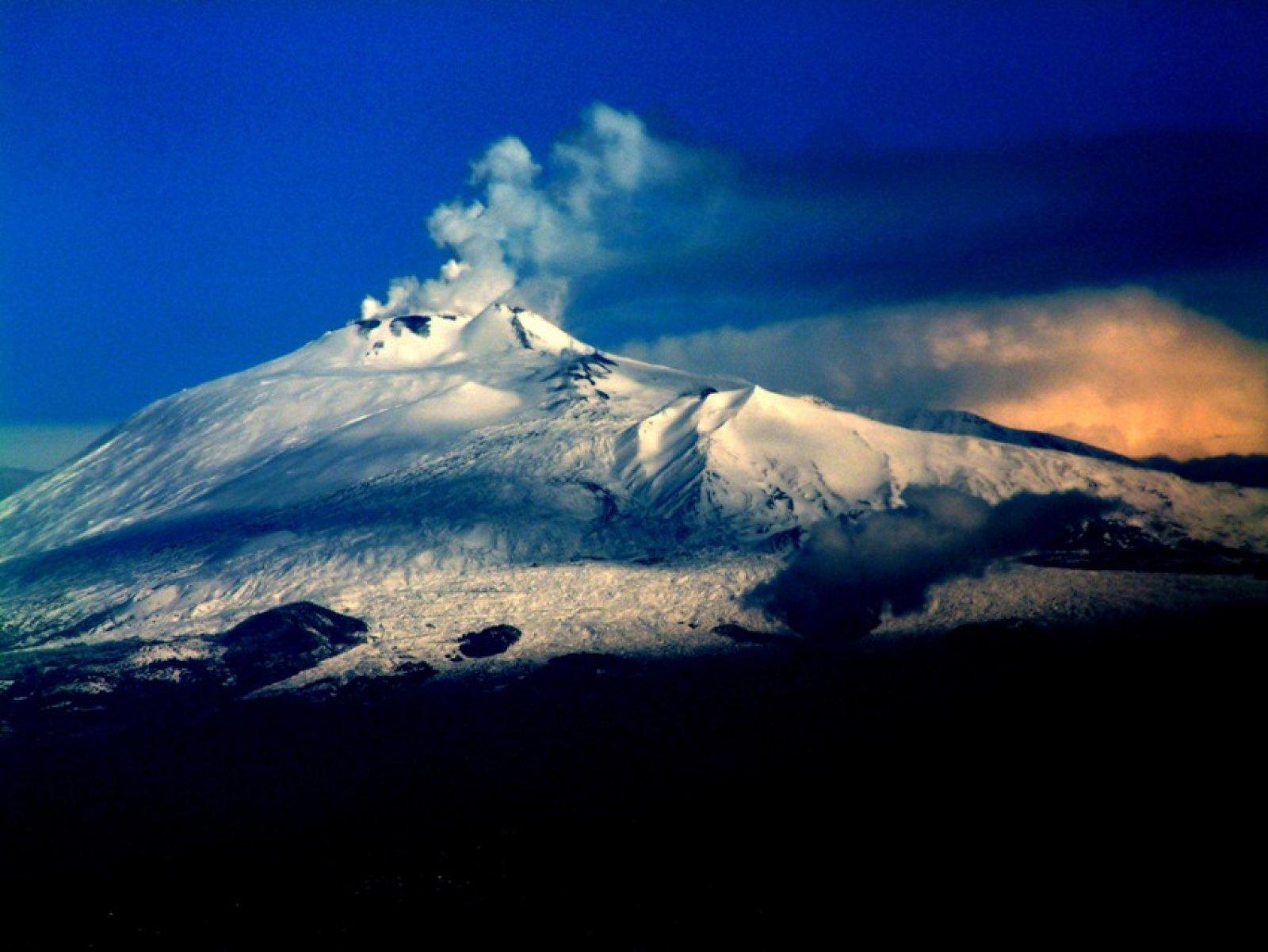 El volcà Etna fumejant