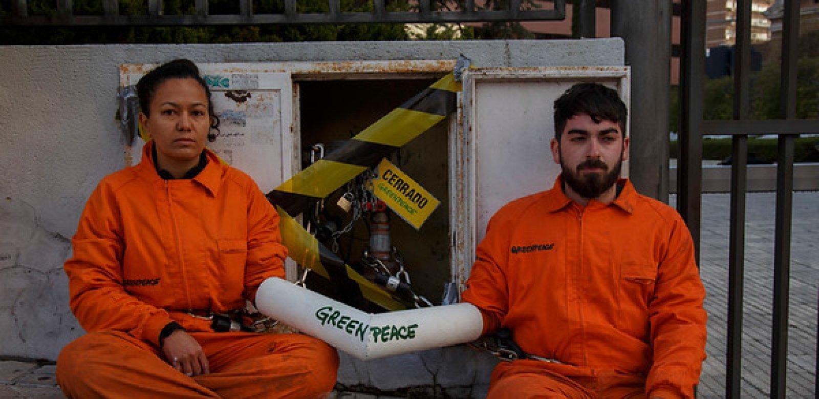 Activistes de Greenpeace han tallat l'aigua de la seu d'ACS a Madrid.