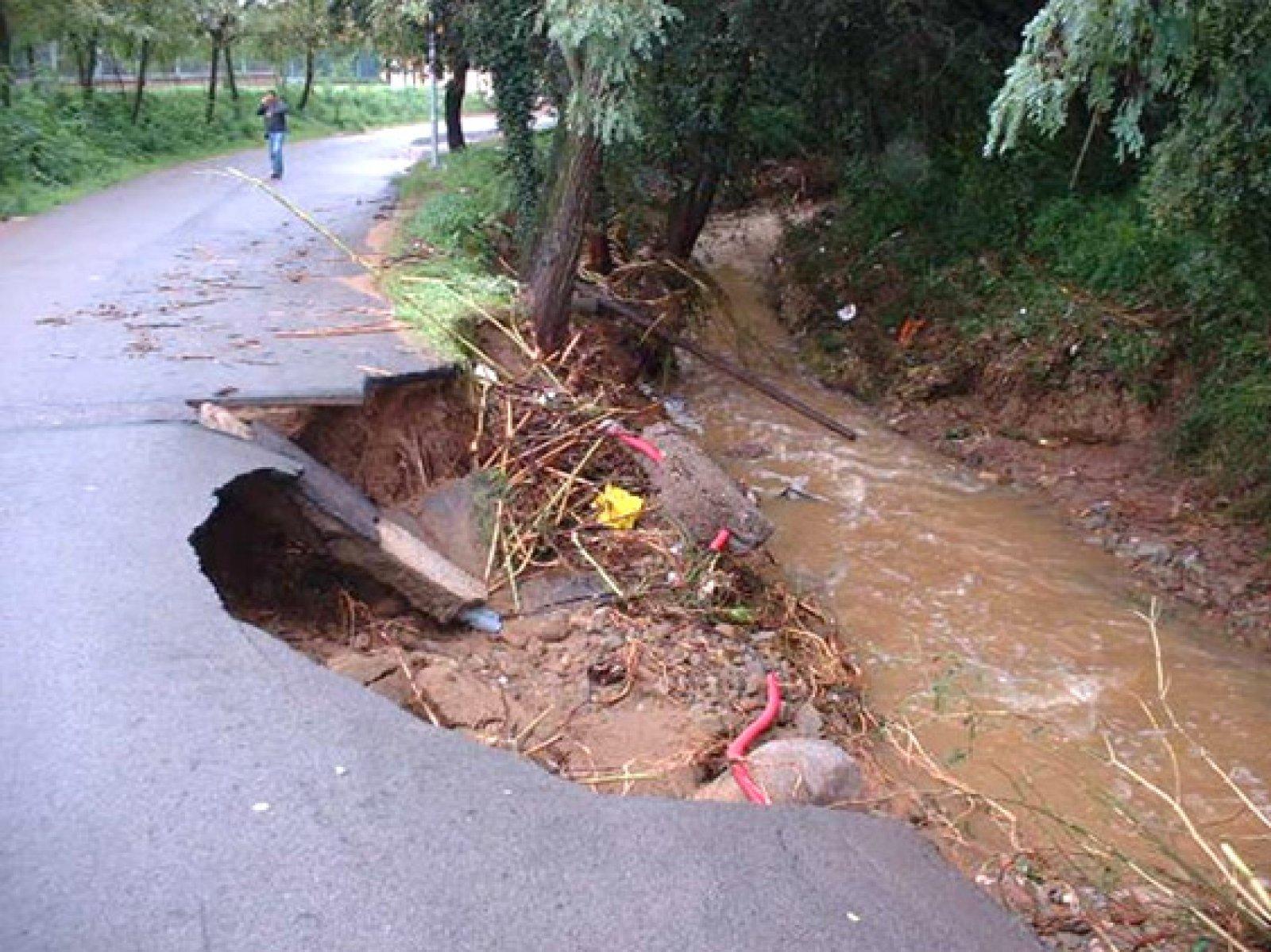 Efectes de la crescuda d'una riera en un camí asfaltat