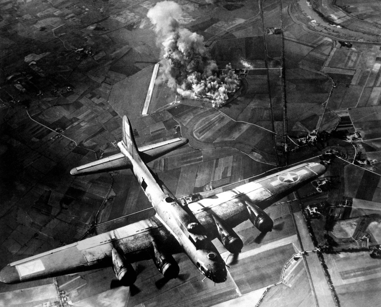 Un Boeing B-17 de la Força Aèria dels Estats Units bombardejant una fàbrica d'avions alemanys Focke-Wulf