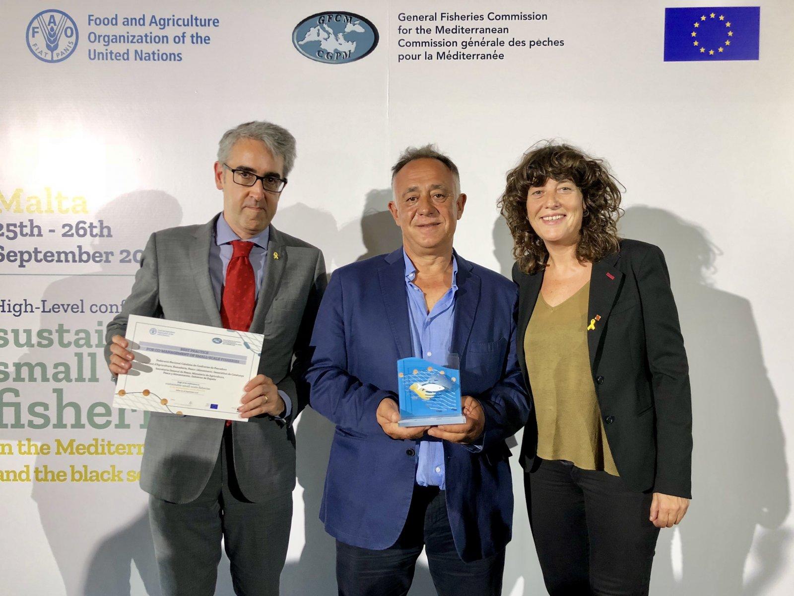 Teresa Jordà, Antoni Abad, i Sergi Tudela, amb el guardó