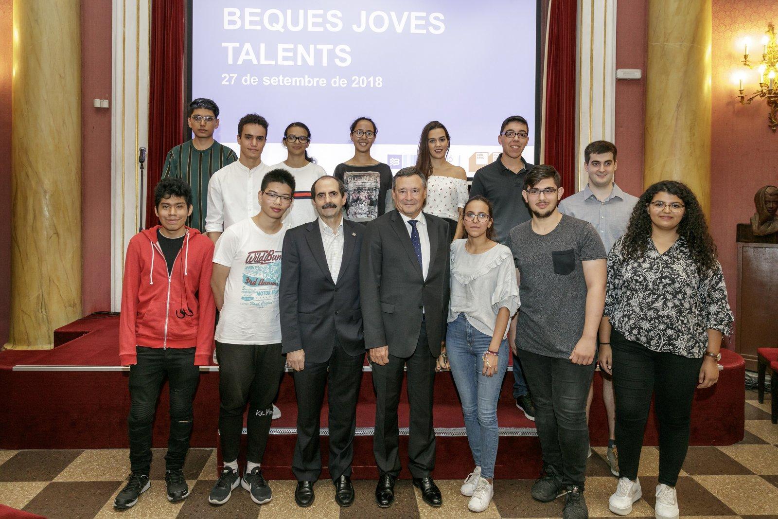 Els estudiants que han rebut les beques Joves Talents amb els representants de la Fundació Agbar i CONFAVC