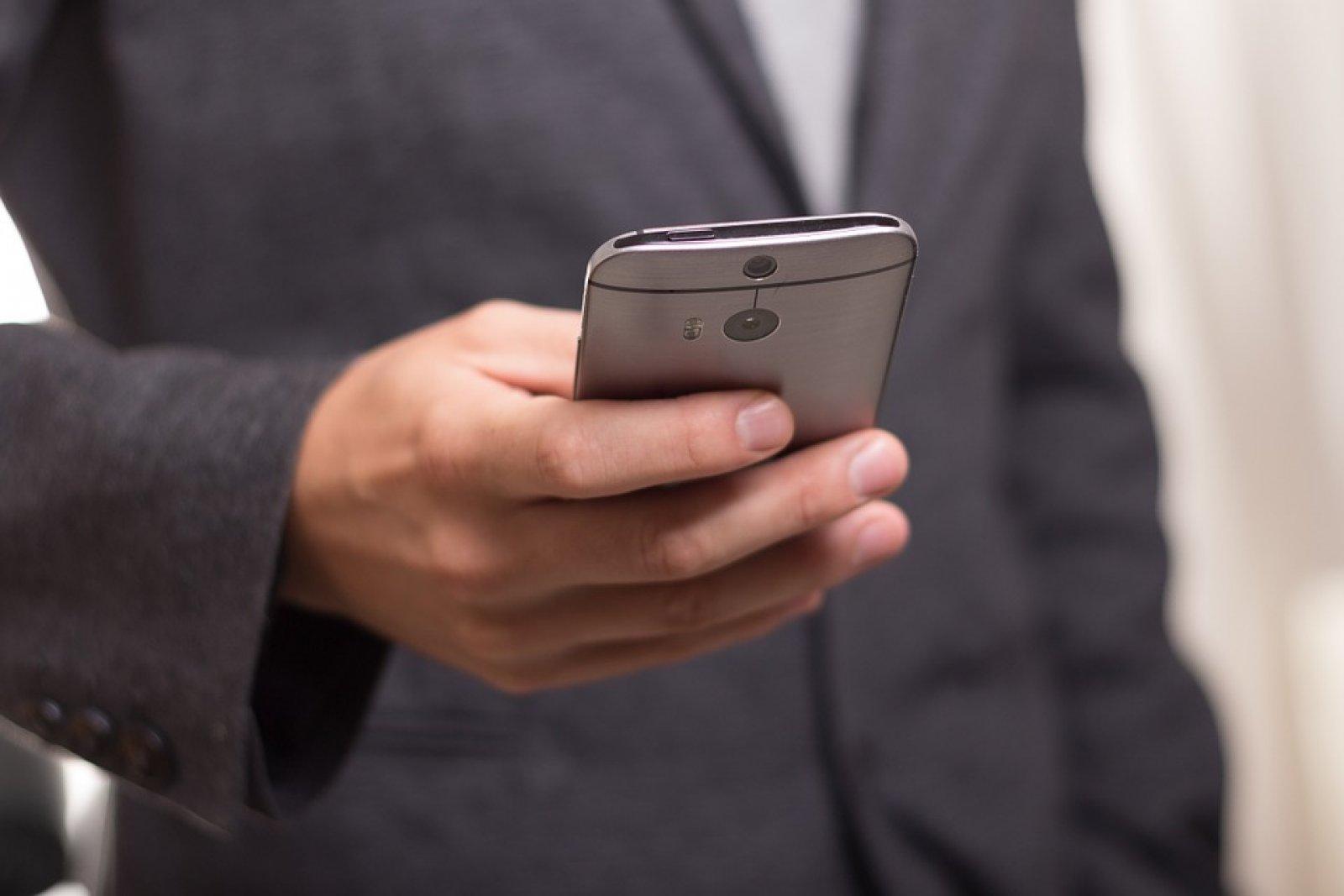 Persona trucant pel mòbil