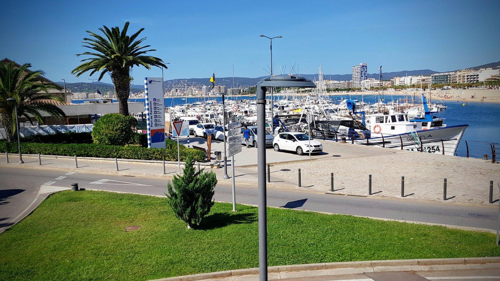 Un dels nous llums instal·lats al port de Palamós