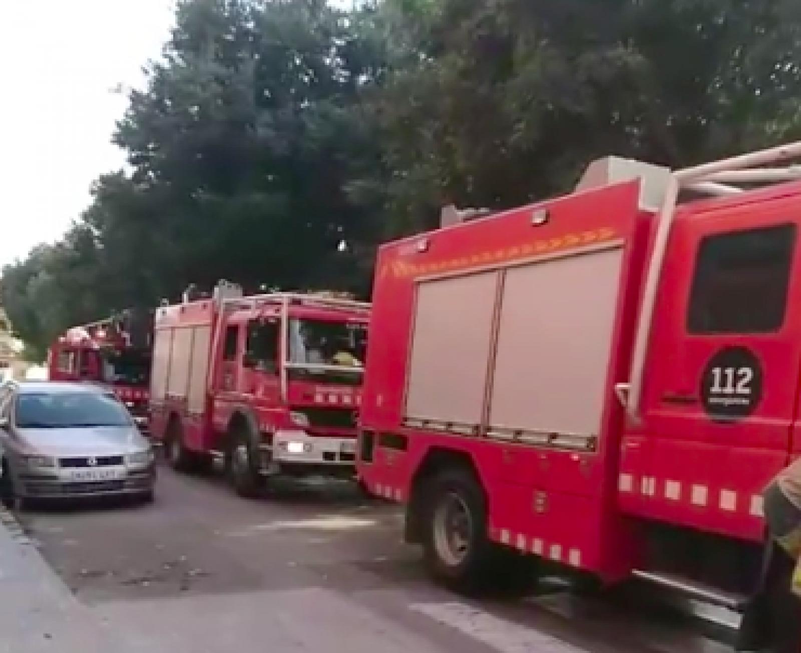 Camions de bombers en l'incendi